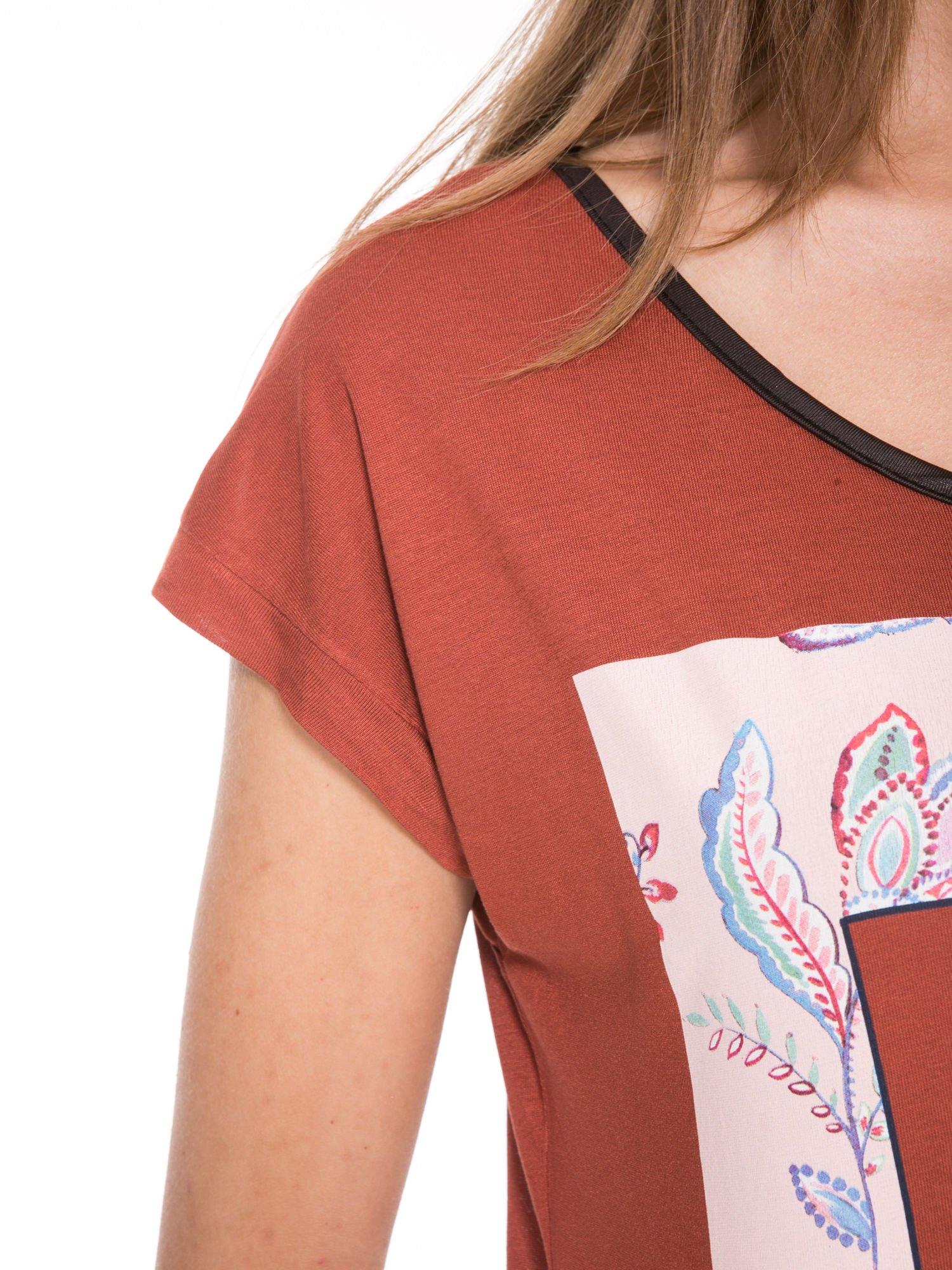 Brązowy t-shirt z nadrukiem PASSION                                  zdj.                                  8