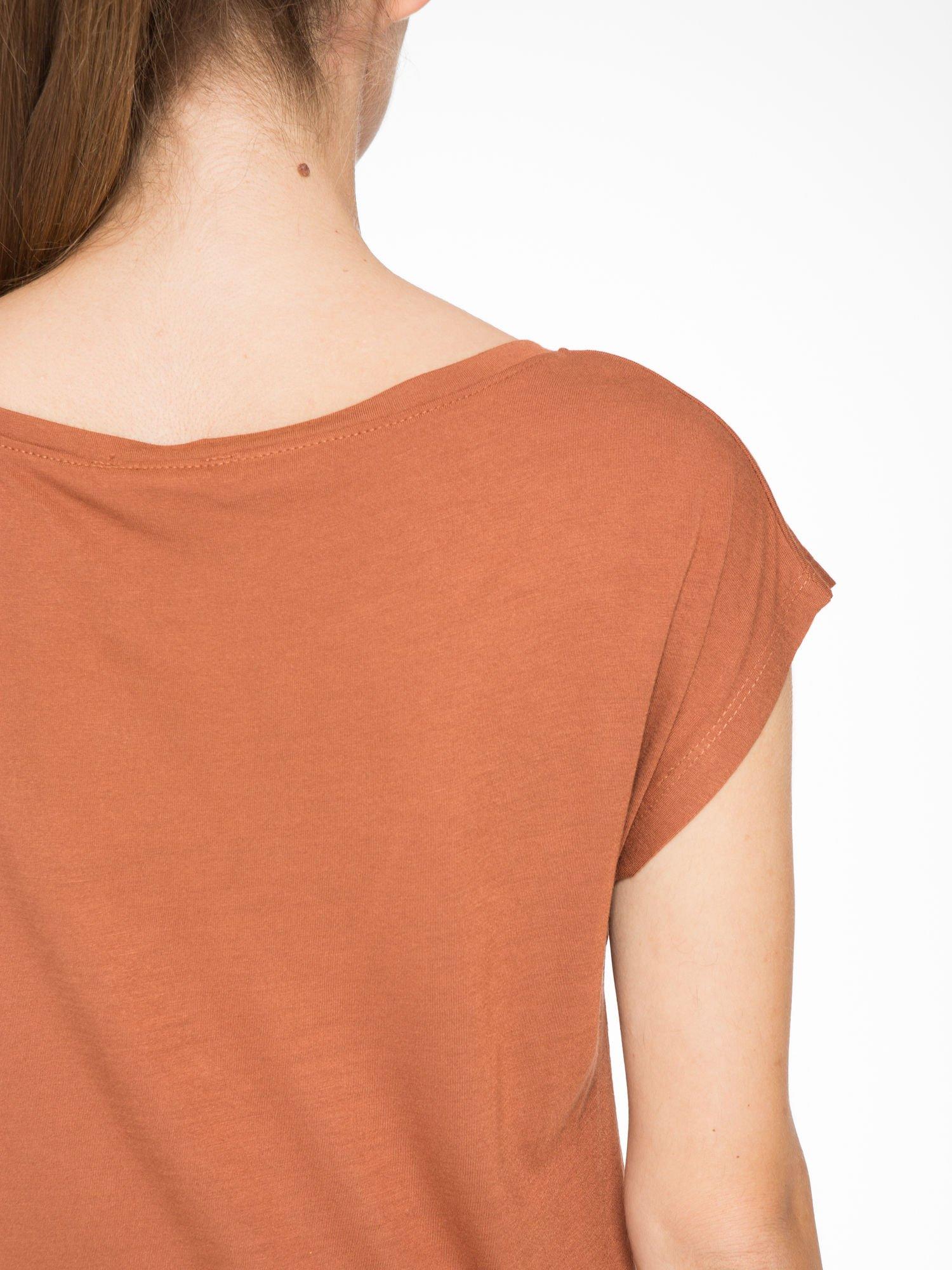Brązowy t-shirt z nadrukiem w romantycznym stylu                                  zdj.                                  8