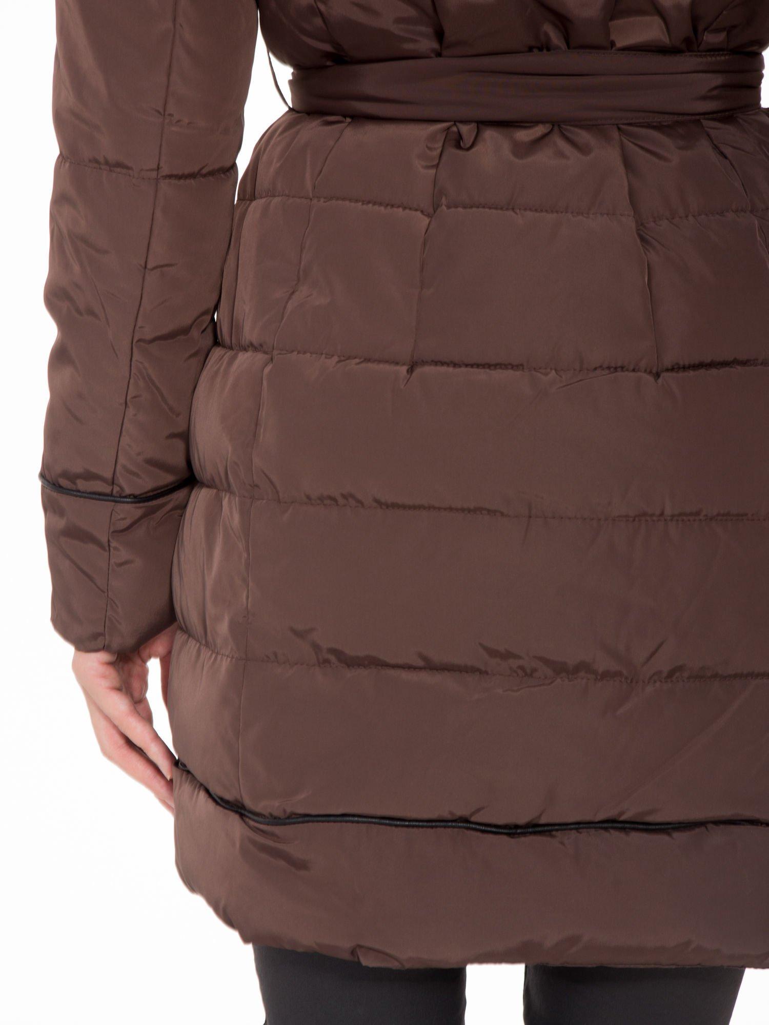 Brązowy taliowany płaszcz puchowy z kapturem z futerkiem                                  zdj.                                  11