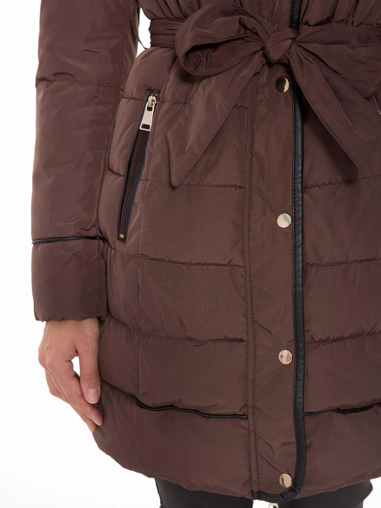 Brązowy taliowany płaszcz puchowy z kapturem z futerkiem                                  zdj.                                  8