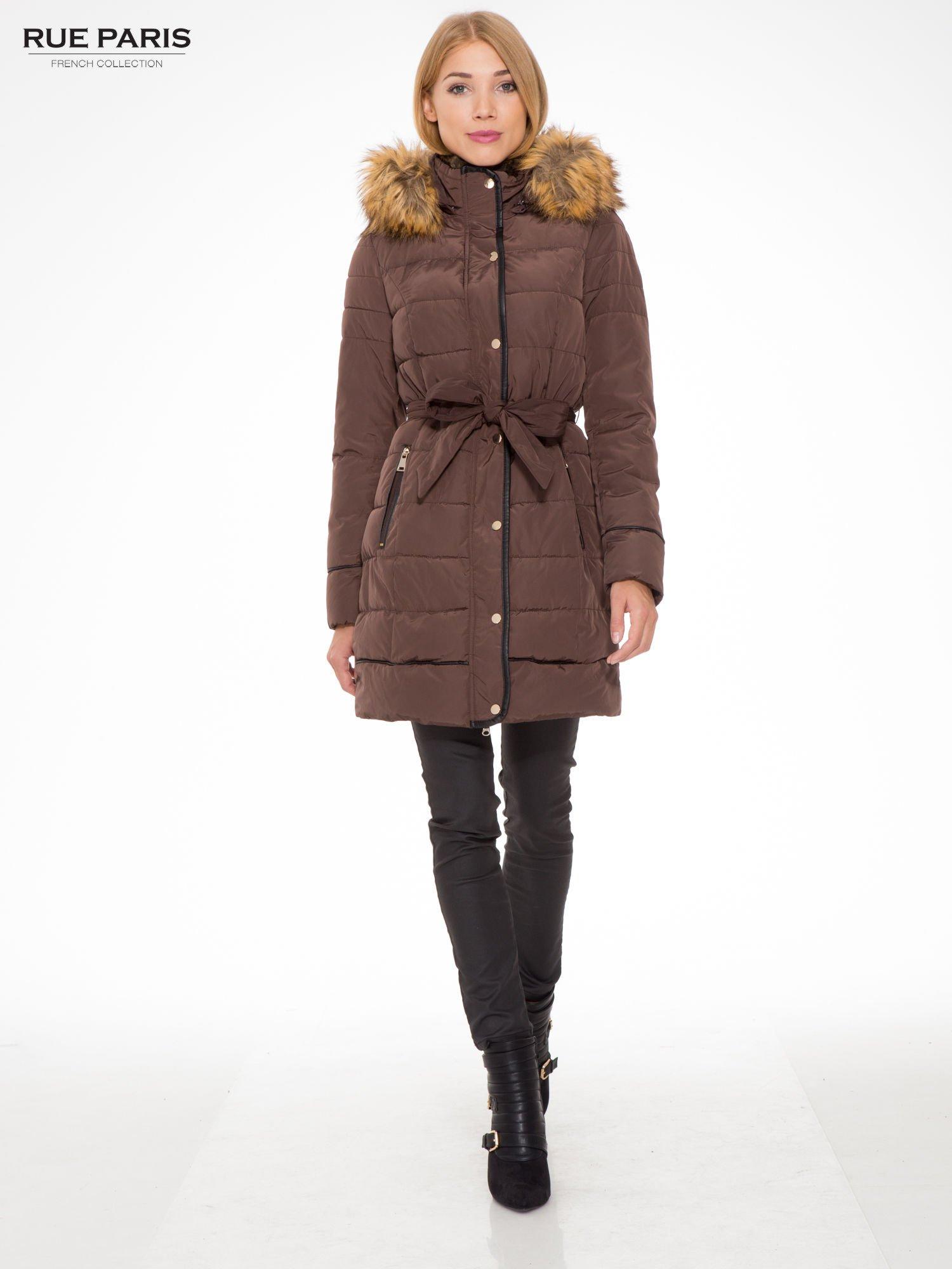 Brązowy taliowany płaszcz puchowy z kapturem z futerkiem                                  zdj.                                  2