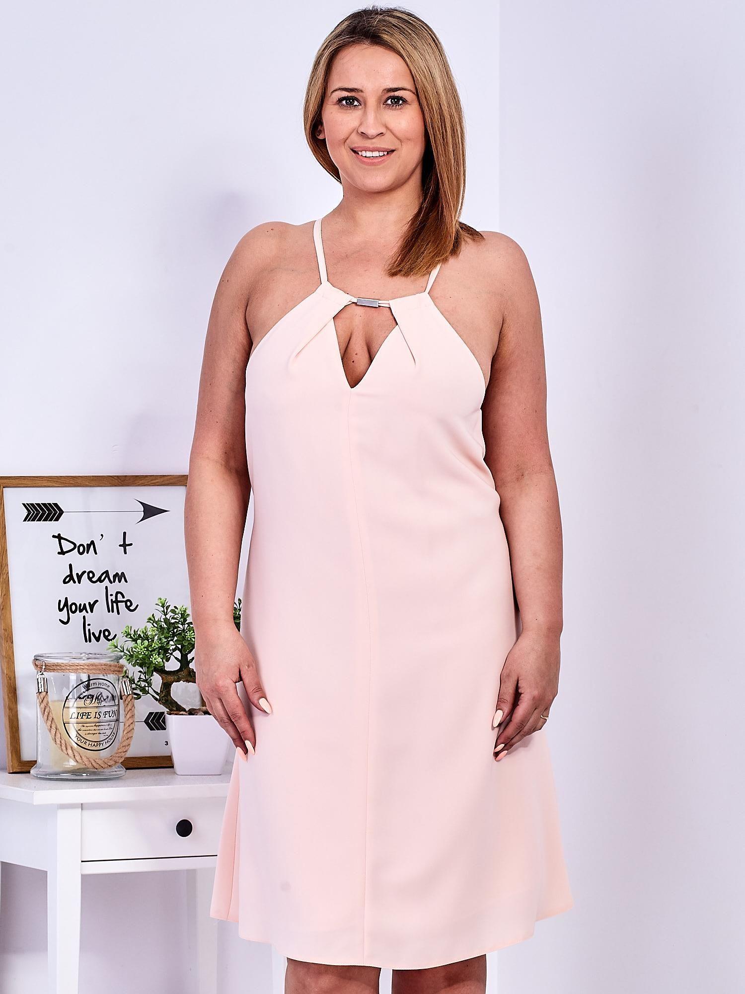 46110bb134 Brzoskwiniowa sukienka z dekoltem halter PLUS SIZE - Sukienka ...
