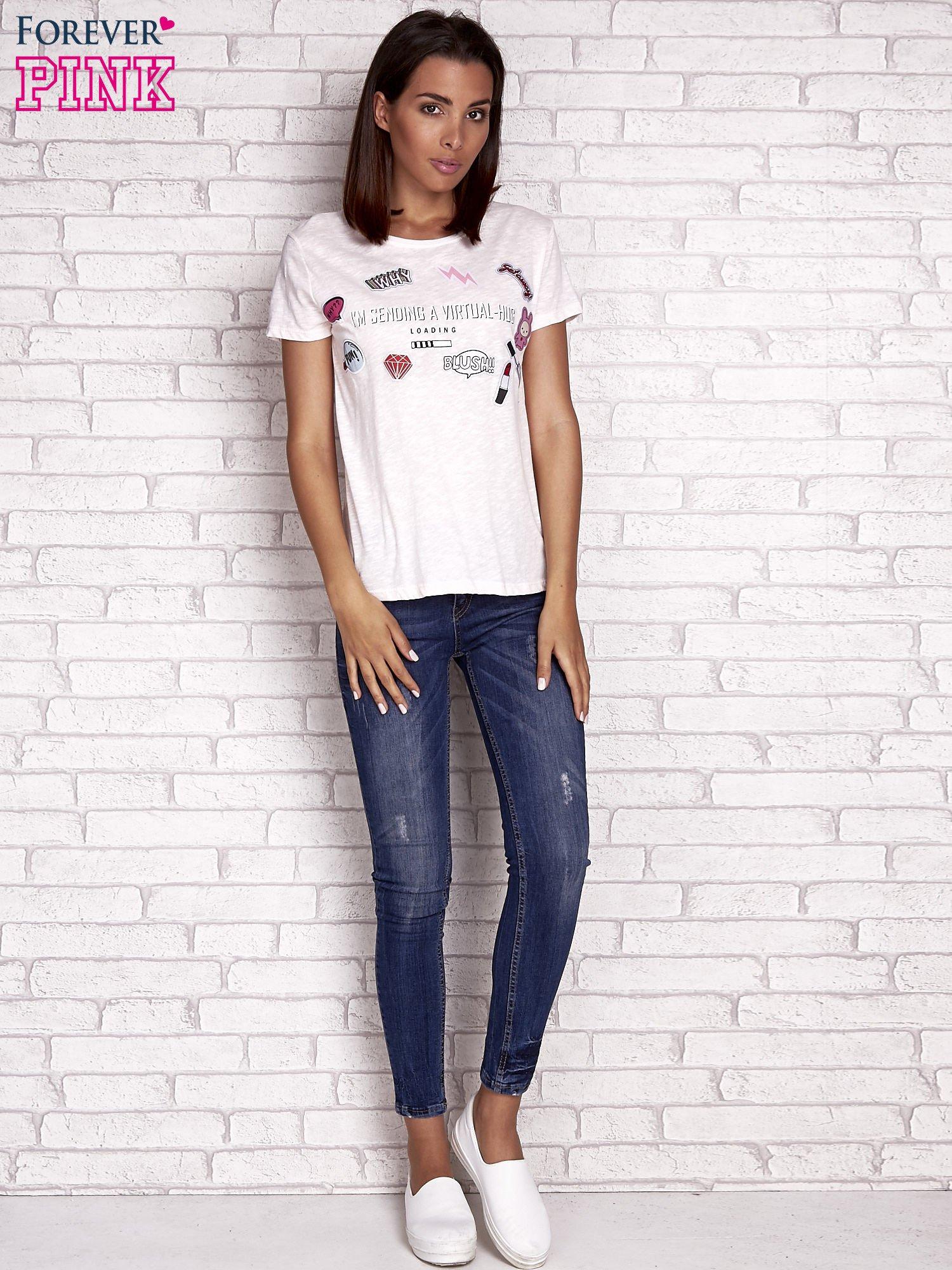 Brzoskwiniowy t-shirt z kolorowymi naszywkami i napisem                                  zdj.                                  2