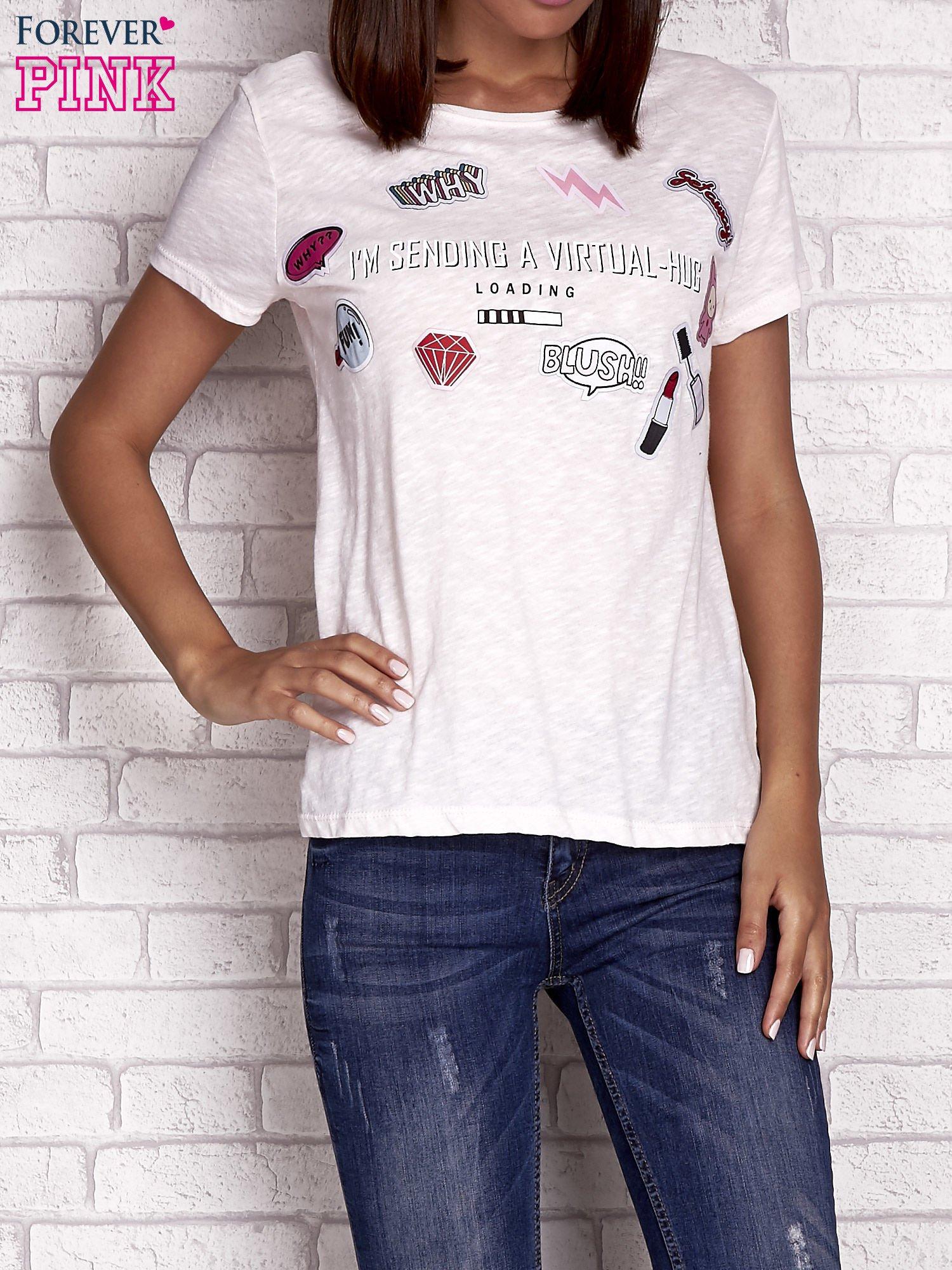 Brzoskwiniowy t-shirt z kolorowymi naszywkami i napisem                                  zdj.                                  1