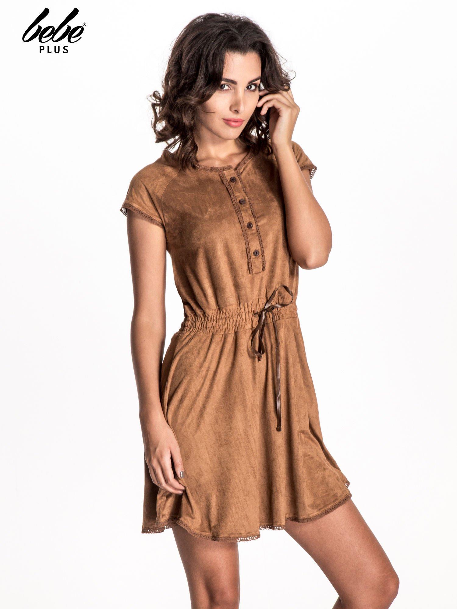 Camelowa sukienka z zamszu w stylu boho                                  zdj.                                  1