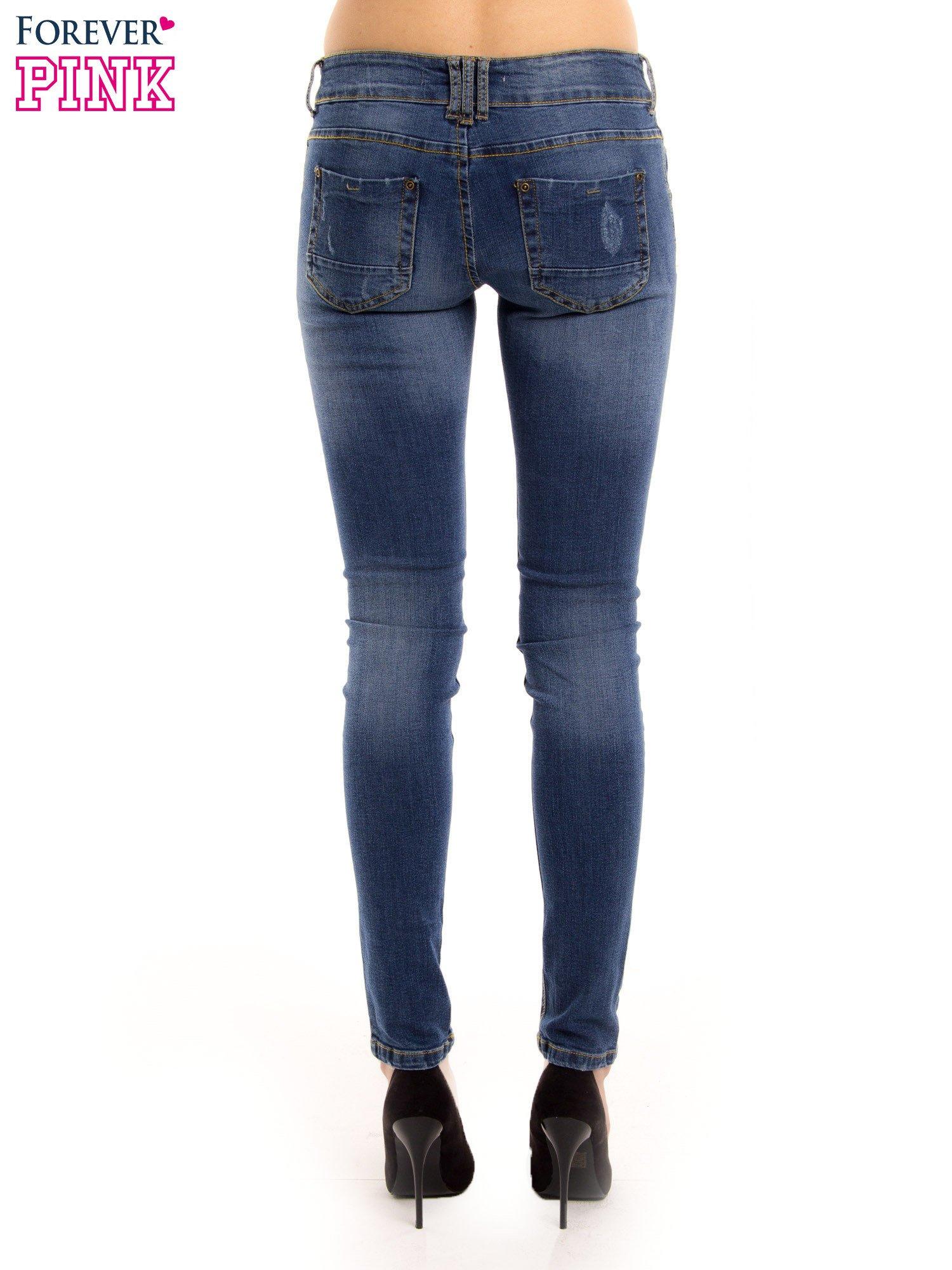 Ciemnieniebieskie jeansy biodrówki na dwa guziki                                  zdj.                                  4