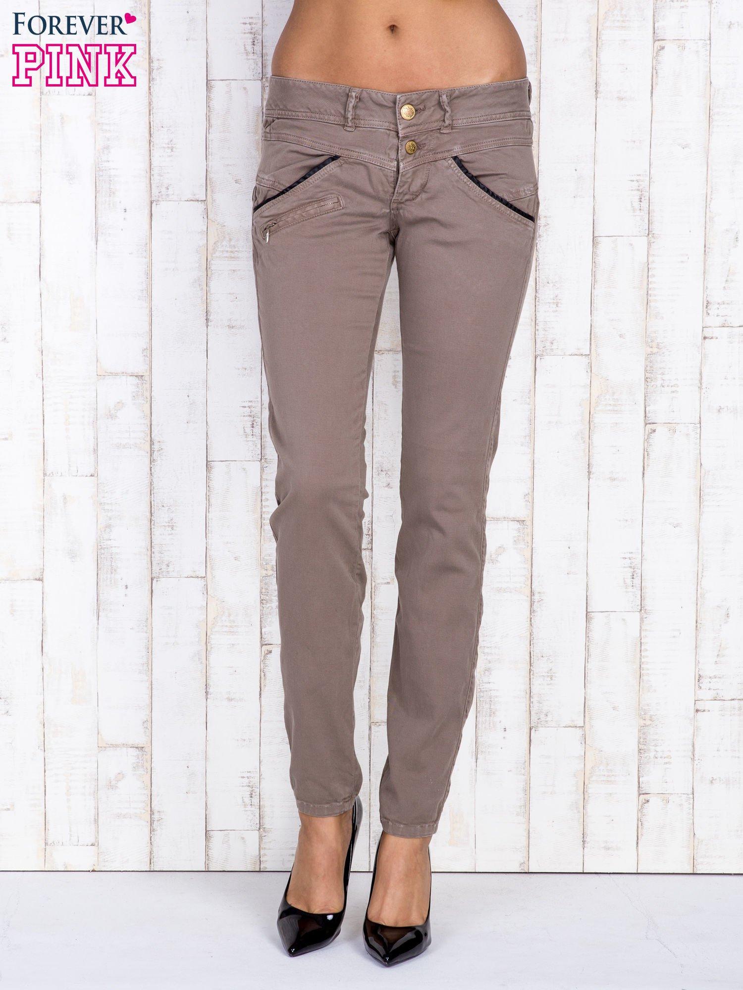 Ciemnobeżowe spodnie z kieszonkami na suwak                                  zdj.                                  1