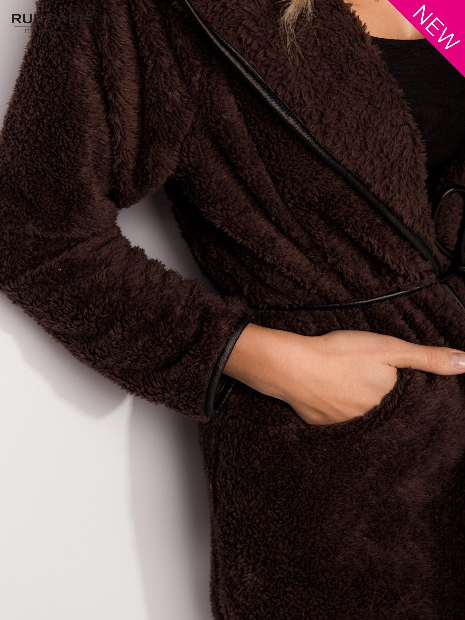 Ciemnobrązowa bluza z kapturem ze skórzanym paskiem i lamówką                                  zdj.                                  7