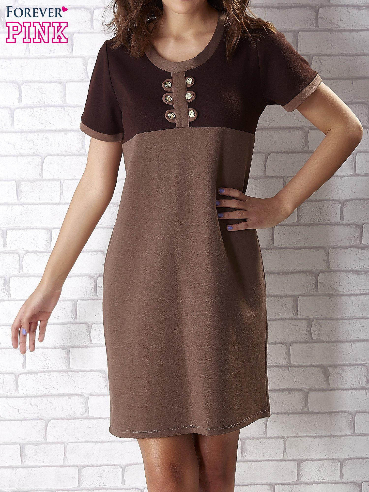 Ciemnobrązowa sukienka ze złotymi guzikami                                  zdj.                                  1