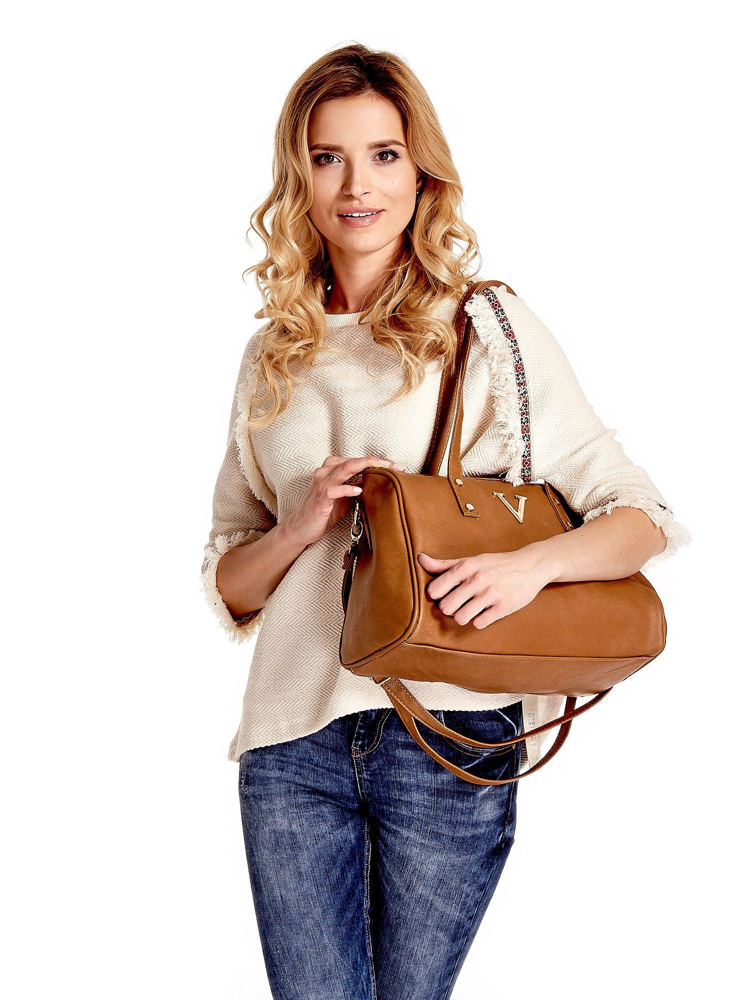 Ciemnobrązowa torba na ramię ze złotym emblematem                                  zdj.                                  1