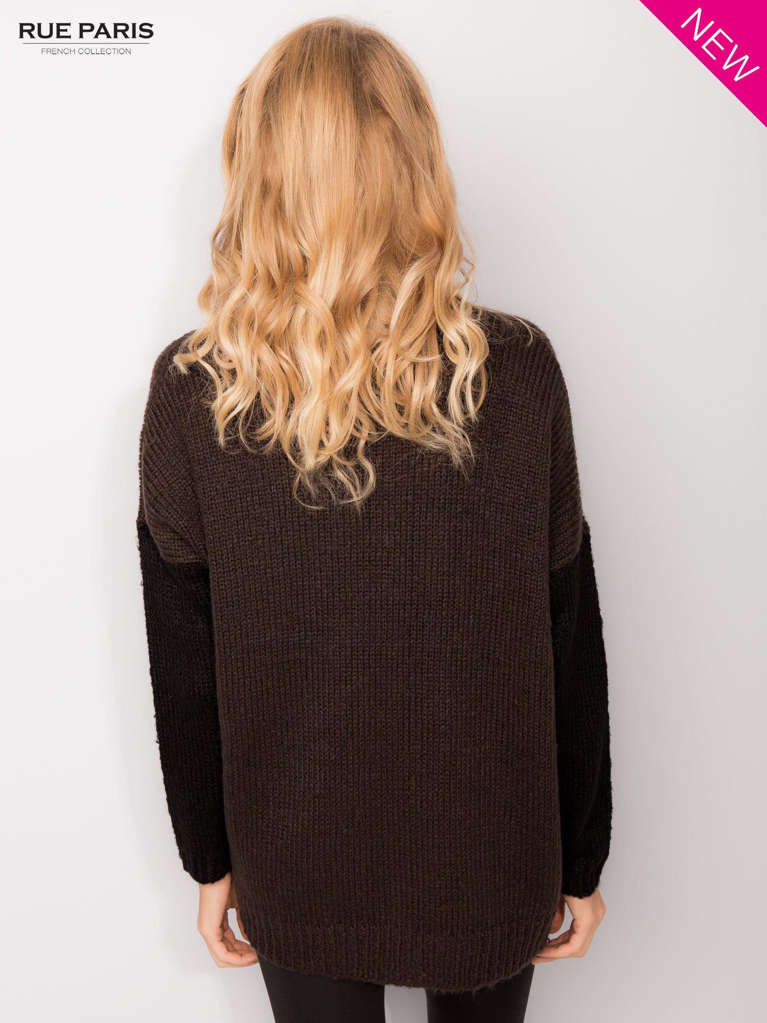 Ciemnobrązowy sweter z kontrastowym pasem i rękawami                                  zdj.                                  4