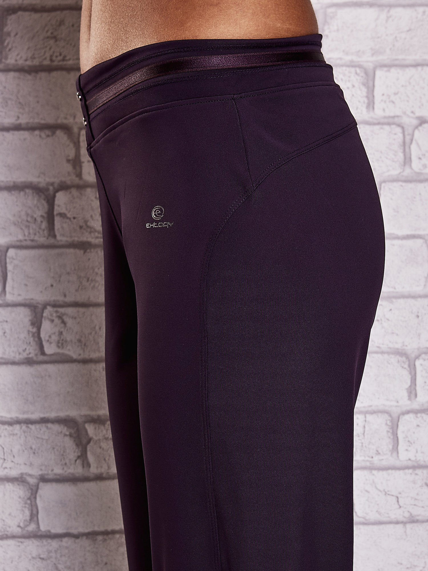 Ciemnofioletowe spodnie capri z surowym wykończeniem PLUS SIZE                                  zdj.                                  5