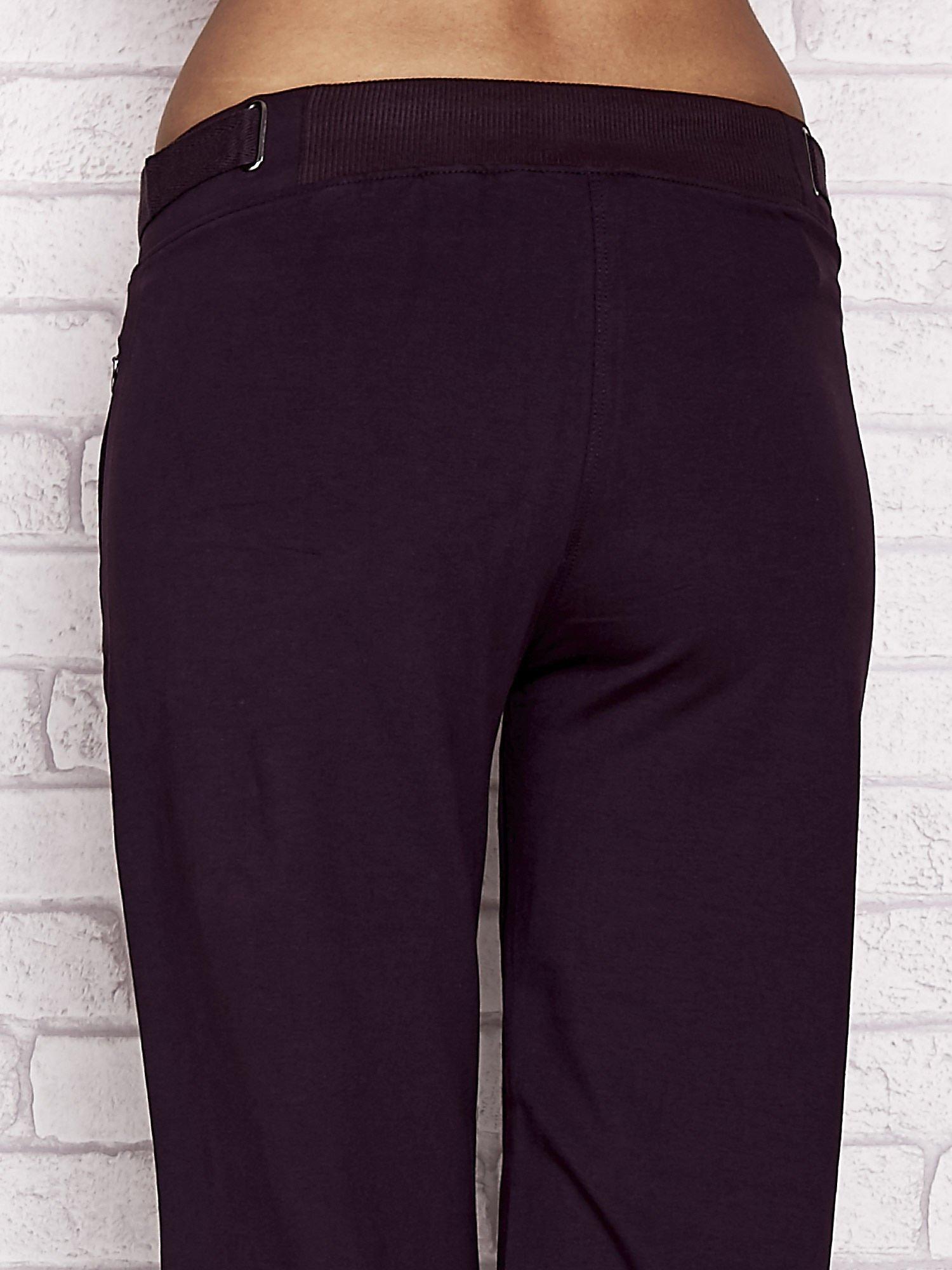 Ciemnofioletowe spodnie dresowe capri z wszytymi kieszeniami                                  zdj.                                  6