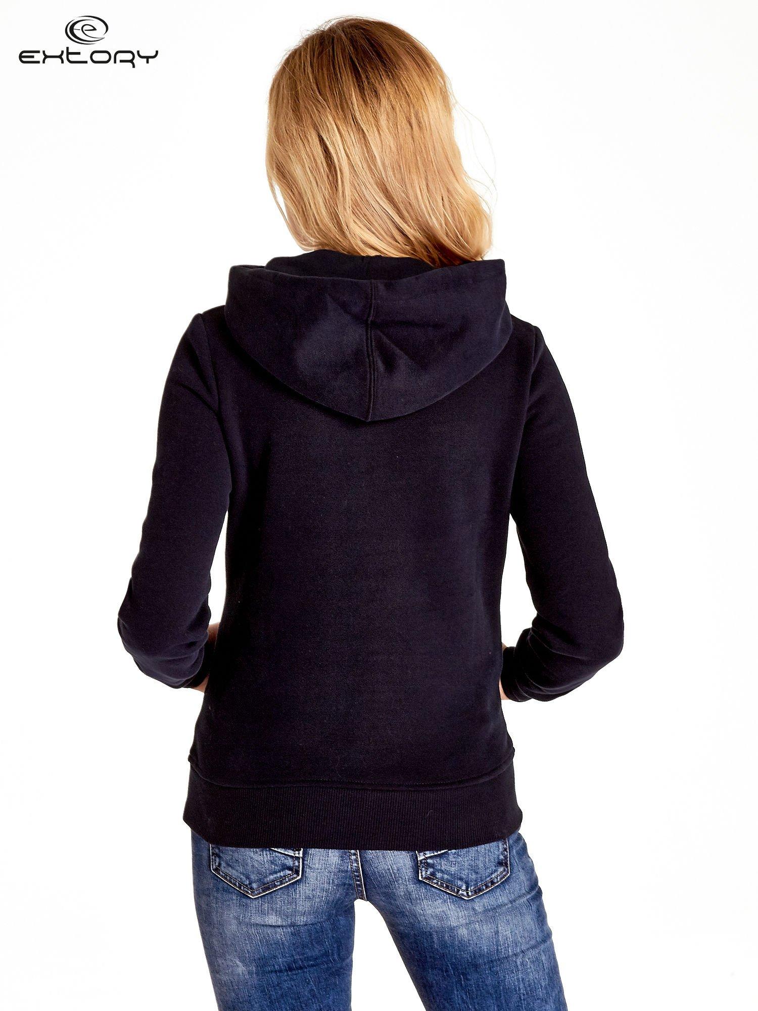 Ciemnogranatowa bluza sportowa z kapturem i nadrukiem w romby                                  zdj.                                  4