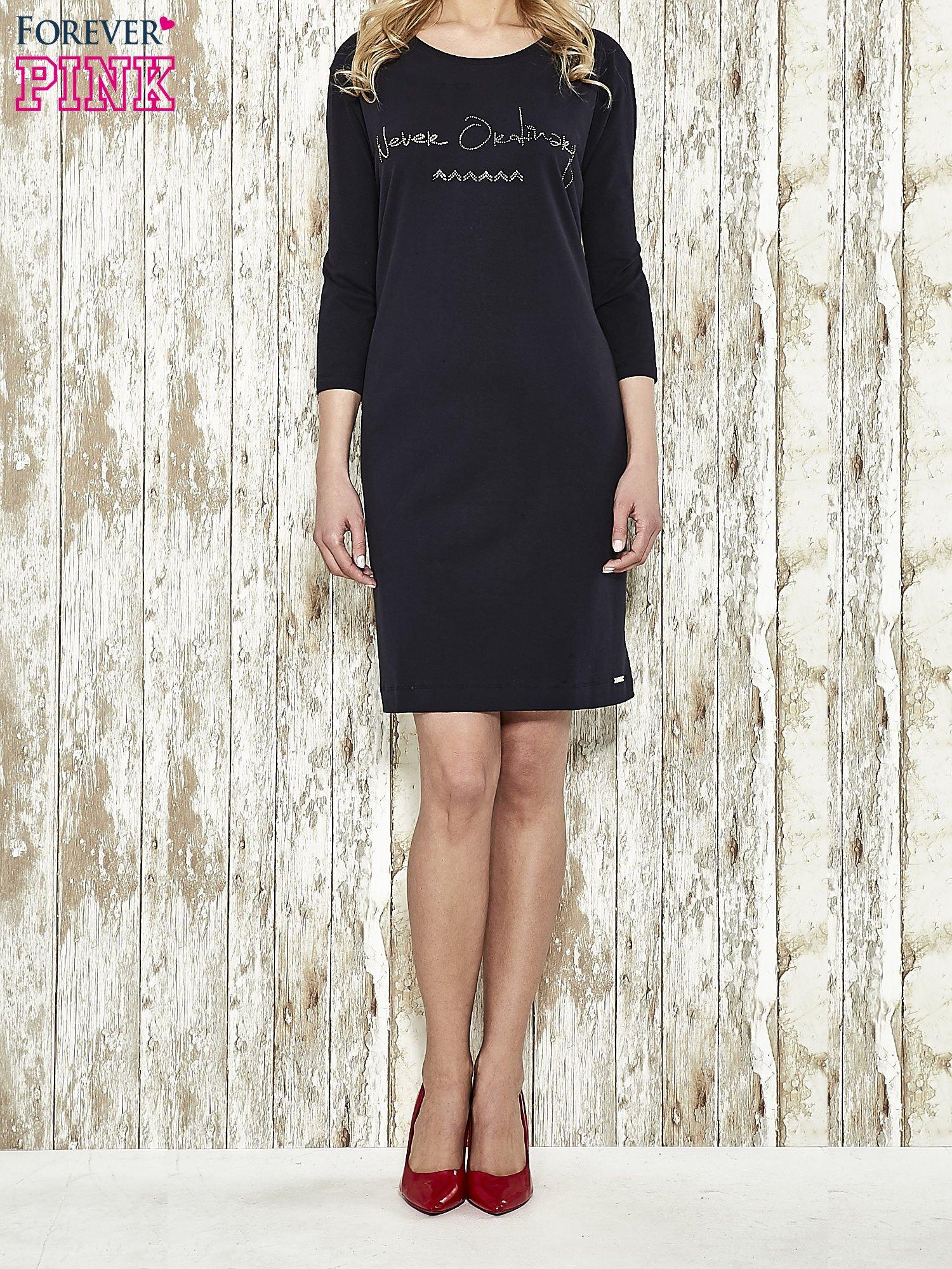 Ciemnogranatowa sukienka dresowa z aplikacją NEVER ORDINARY z cyrkonii                                  zdj.                                  3