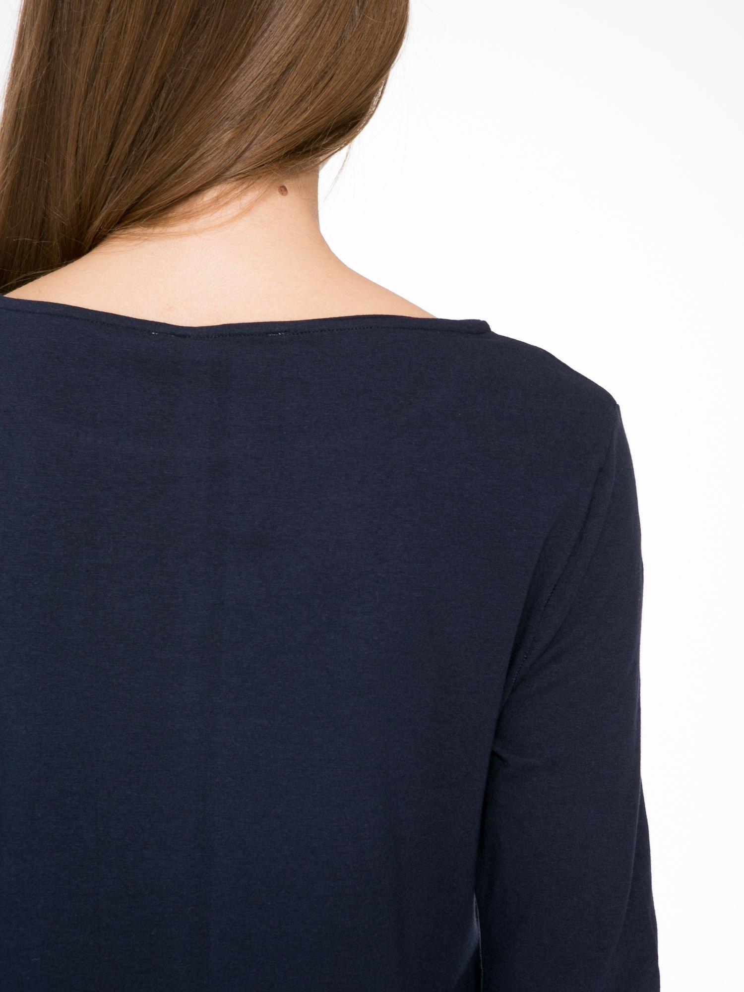 Ciemnogranatowa sukienka oversize z surowym wykończeniem                                  zdj.                                  8