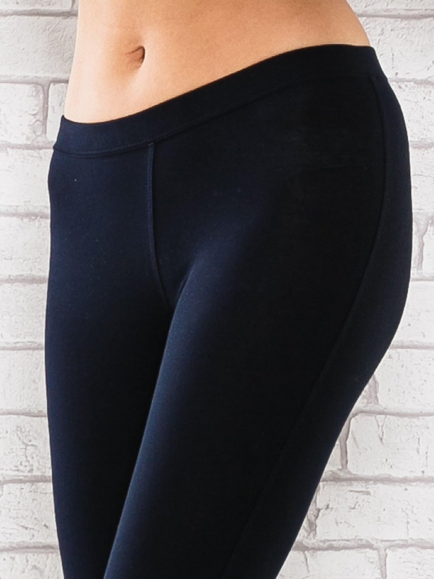 Ciemnogranatowe legginsy sportowe z aplikacją z dżetów na nogawkach                                  zdj.                                  4