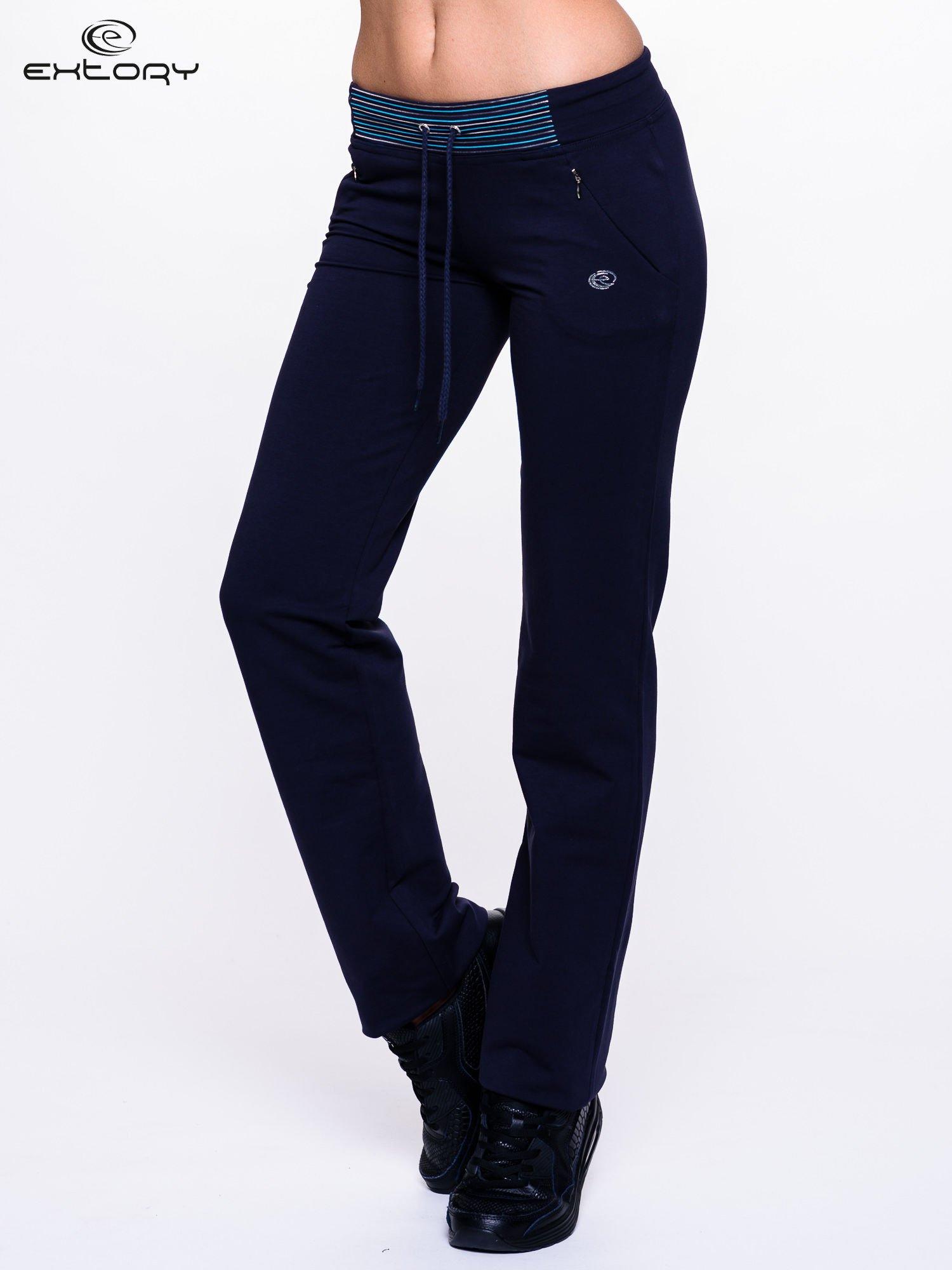Ciemnogranatowe spodnie dresowe z turkusową wstawką                                  zdj.                                  1