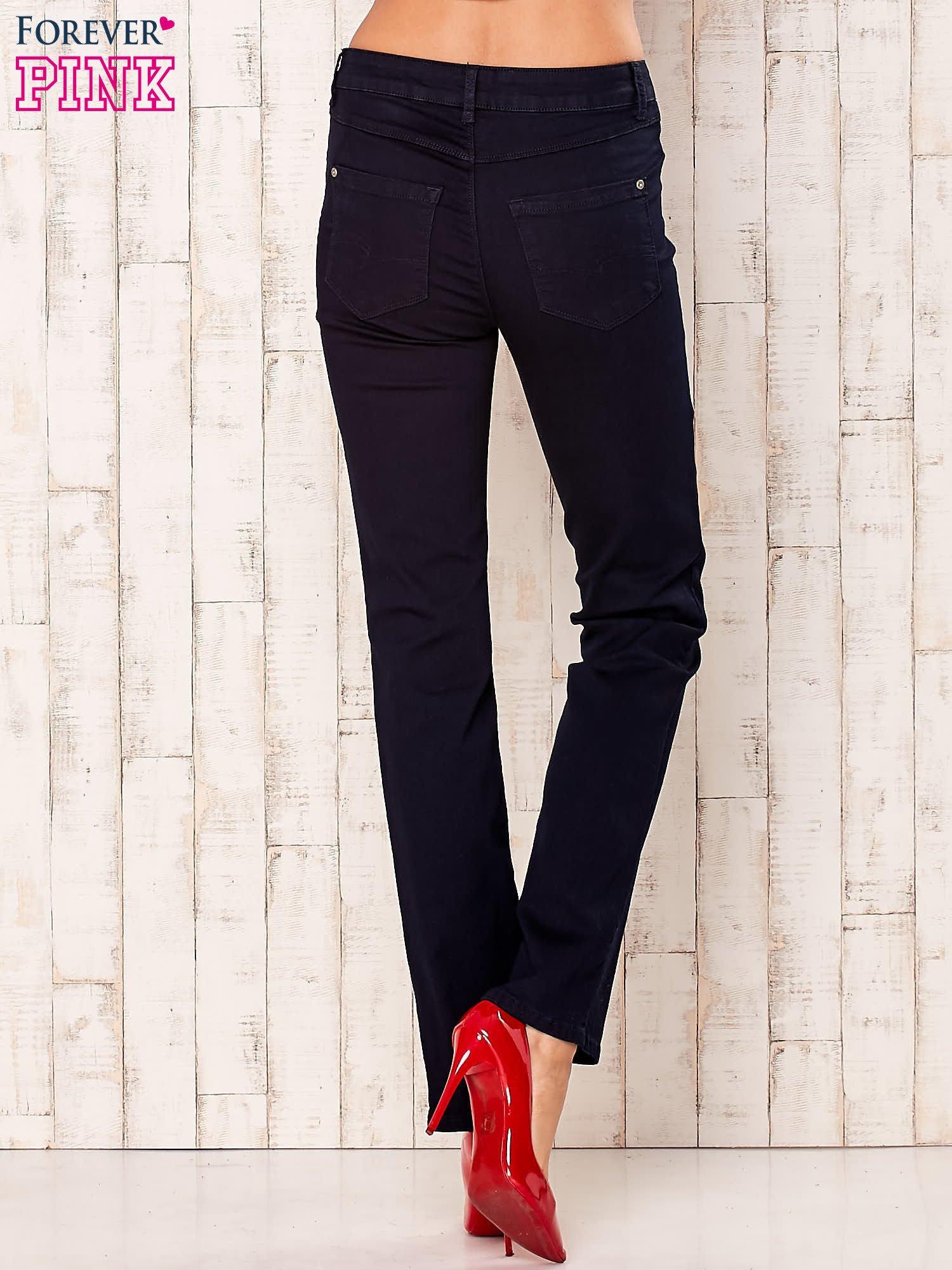 Ciemnogranatowe spodnie z prostą nogawką                                  zdj.                                  3