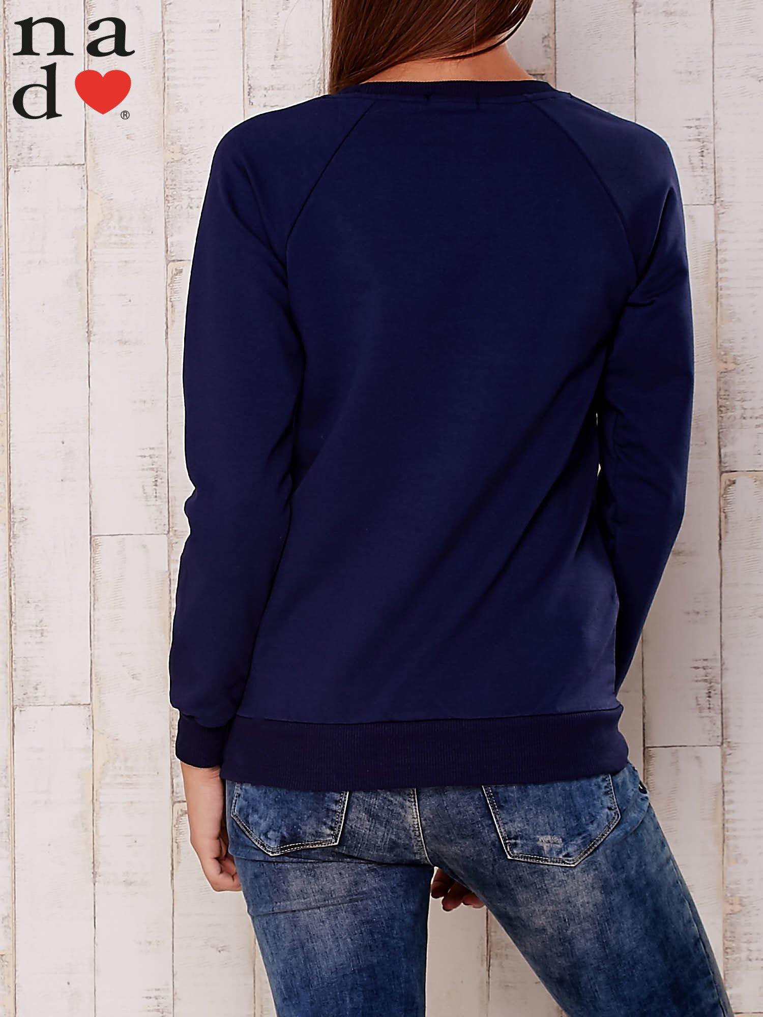 Ciemnoniebieska bluza z nadrukiem serca                                  zdj.                                  4