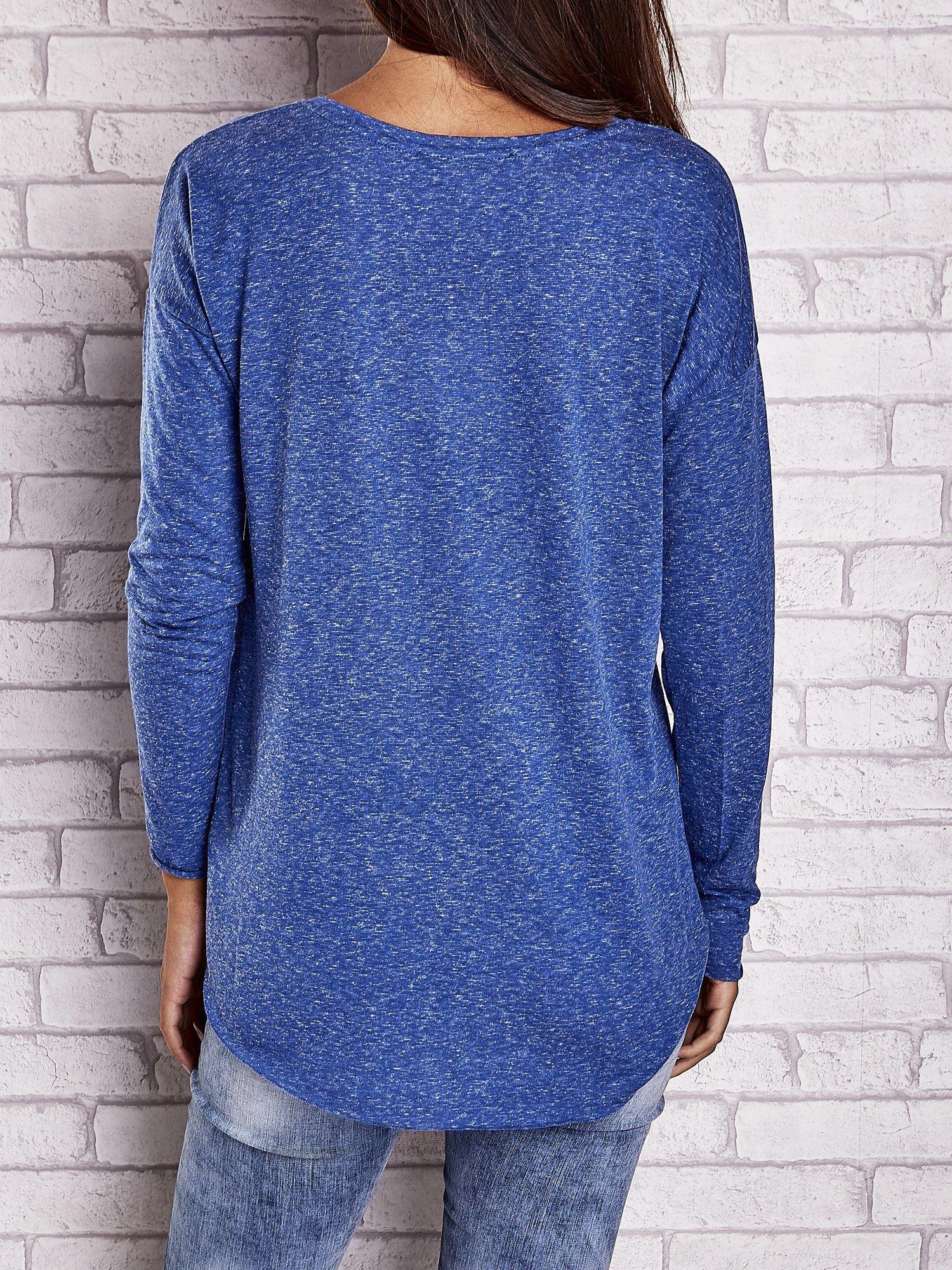 Ciemnoniebieska bluzka z surowym wykończeniem                                  zdj.                                  5