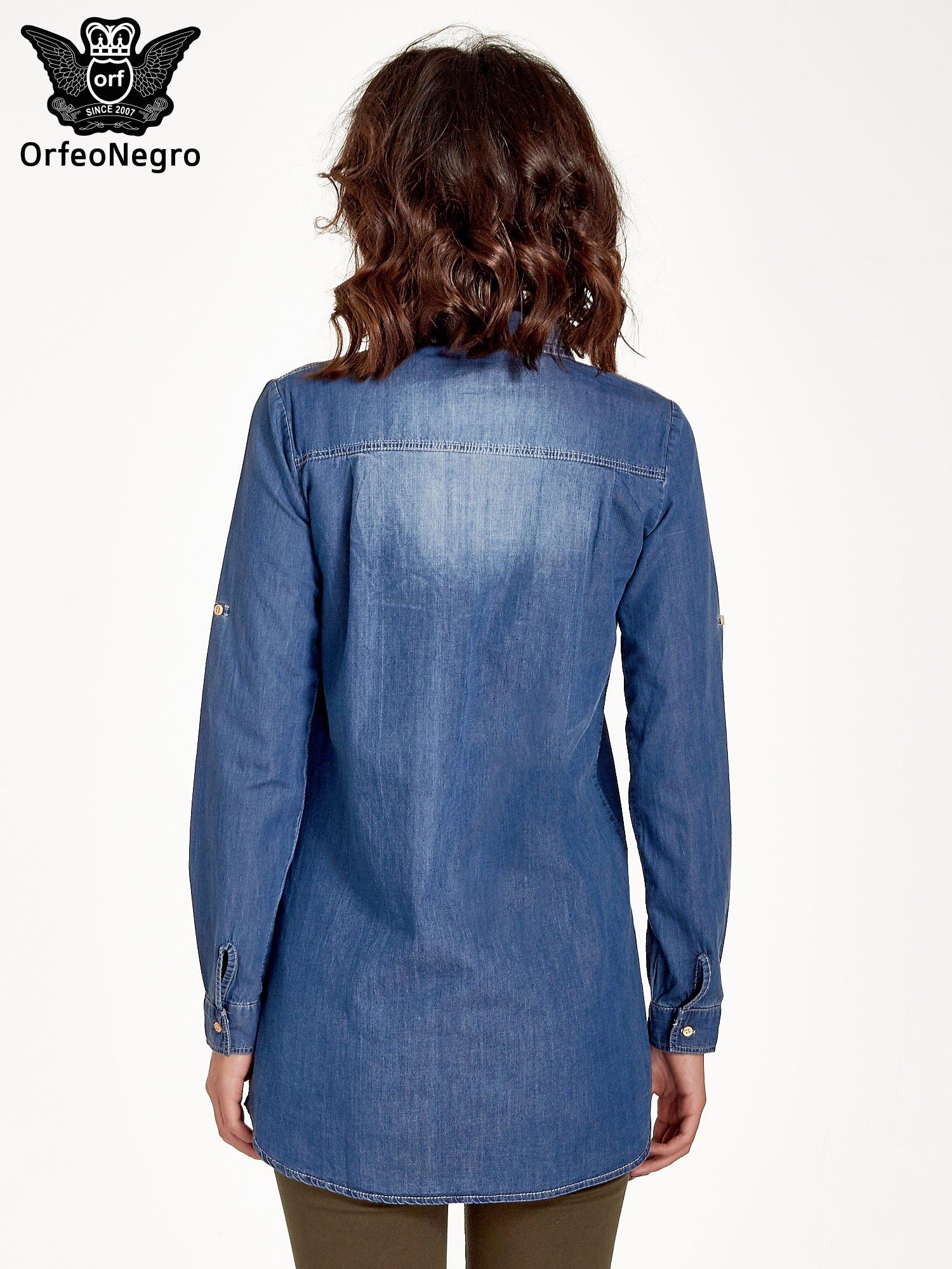 Ciemnoniebieska jeansowa długa koszula z kieszeniami                                  zdj.                                  3