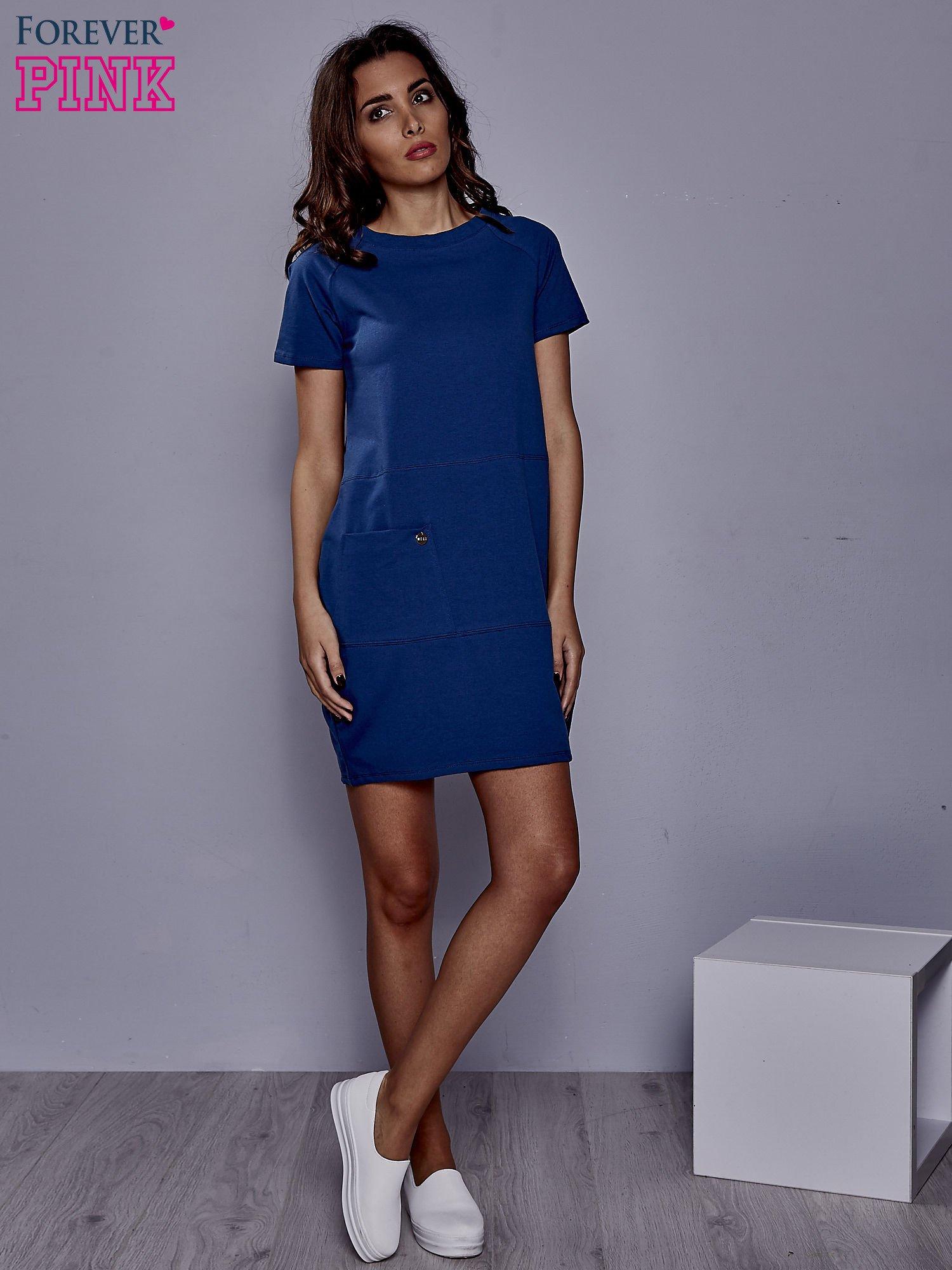Ciemnoniebieska sukienka dresowa z kieszenią z boku                                  zdj.                                  2