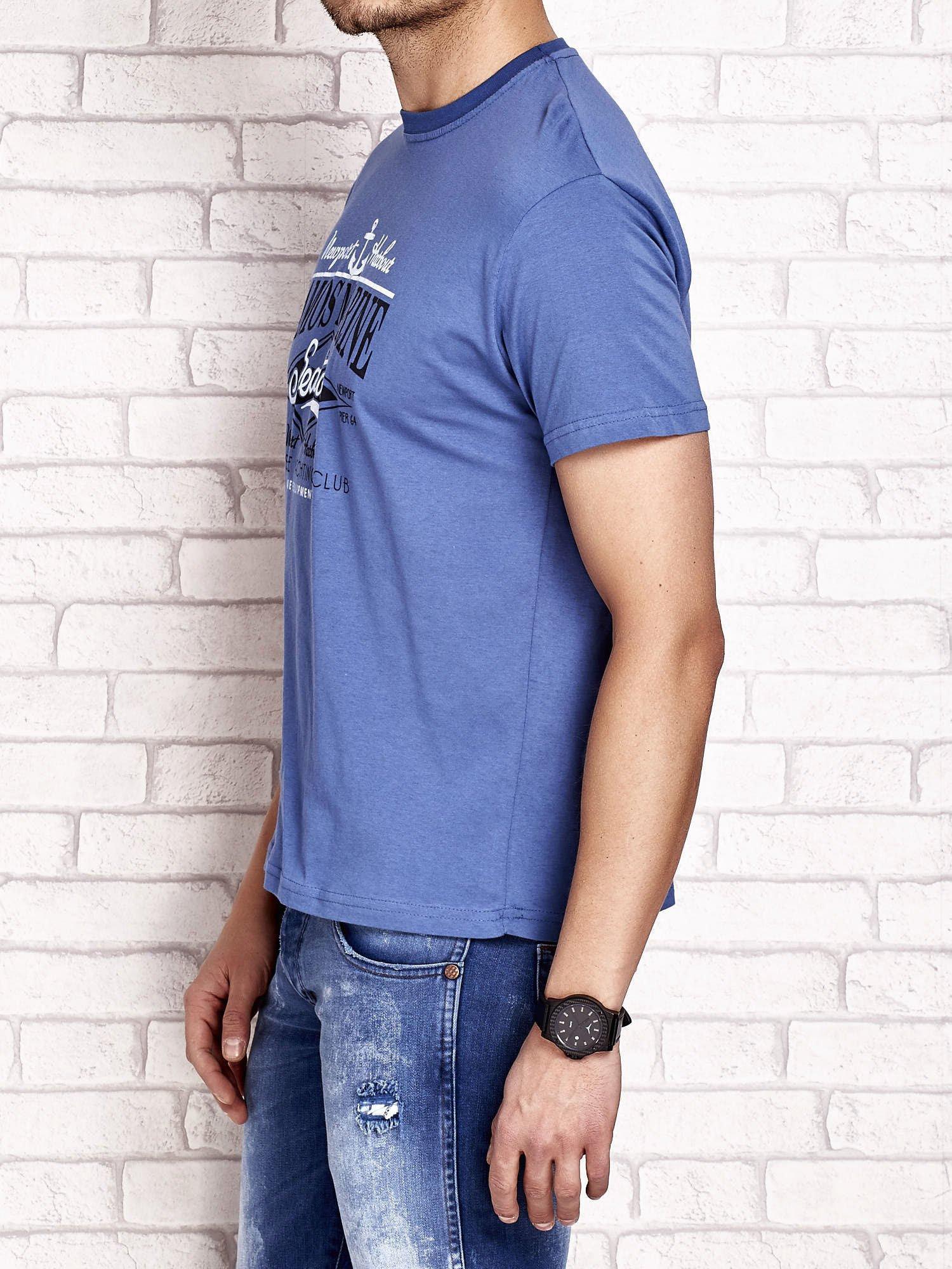Ciemnoniebieski t-shirt męski z napisami i kotwicą                                  zdj.                                  3