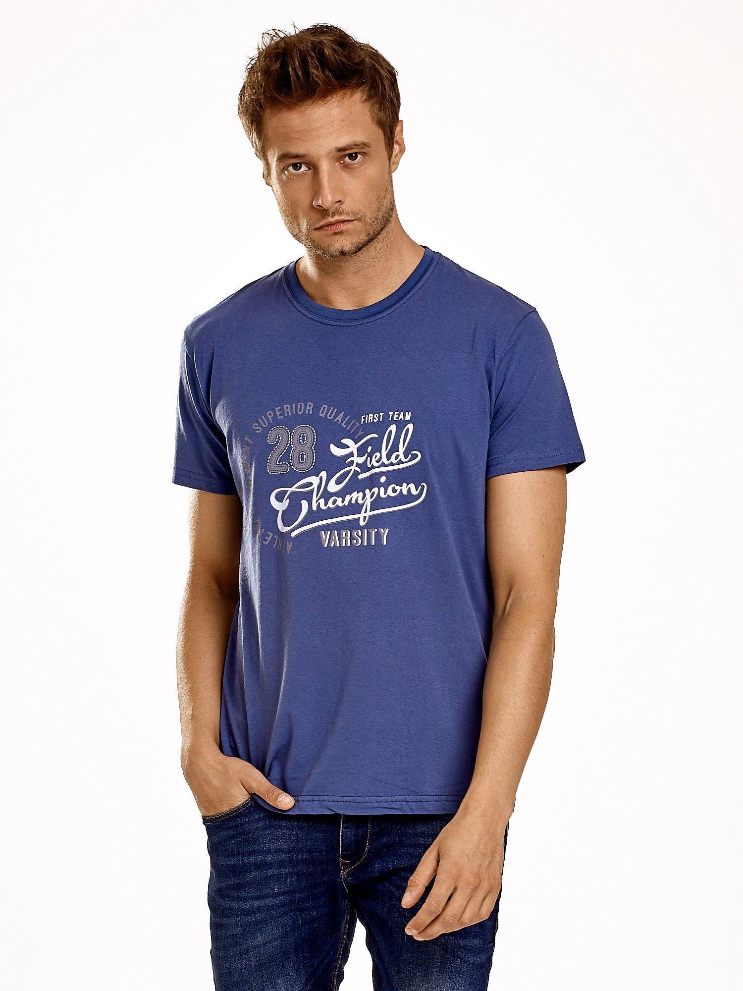 Ciemnoniebieski t-shirt męski z napisem CHAMPION i liczbą 28                                  zdj.                                  1