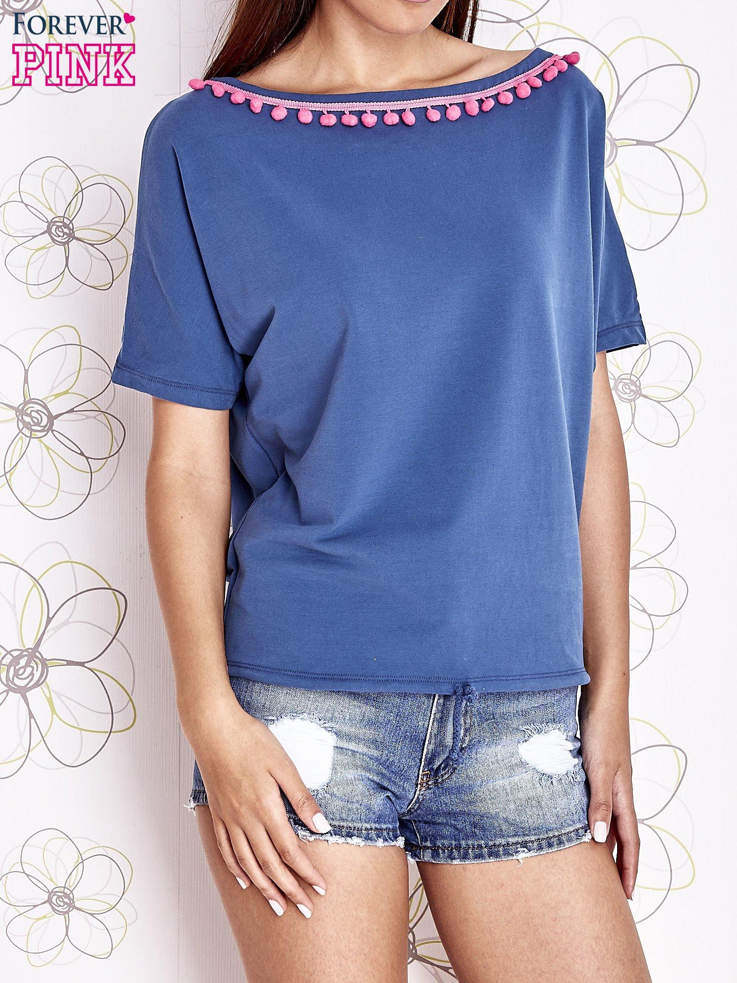 Ciemnoniebieski t-shirt z kolorowymi pomponikami przy dekolcie                                  zdj.                                  1
