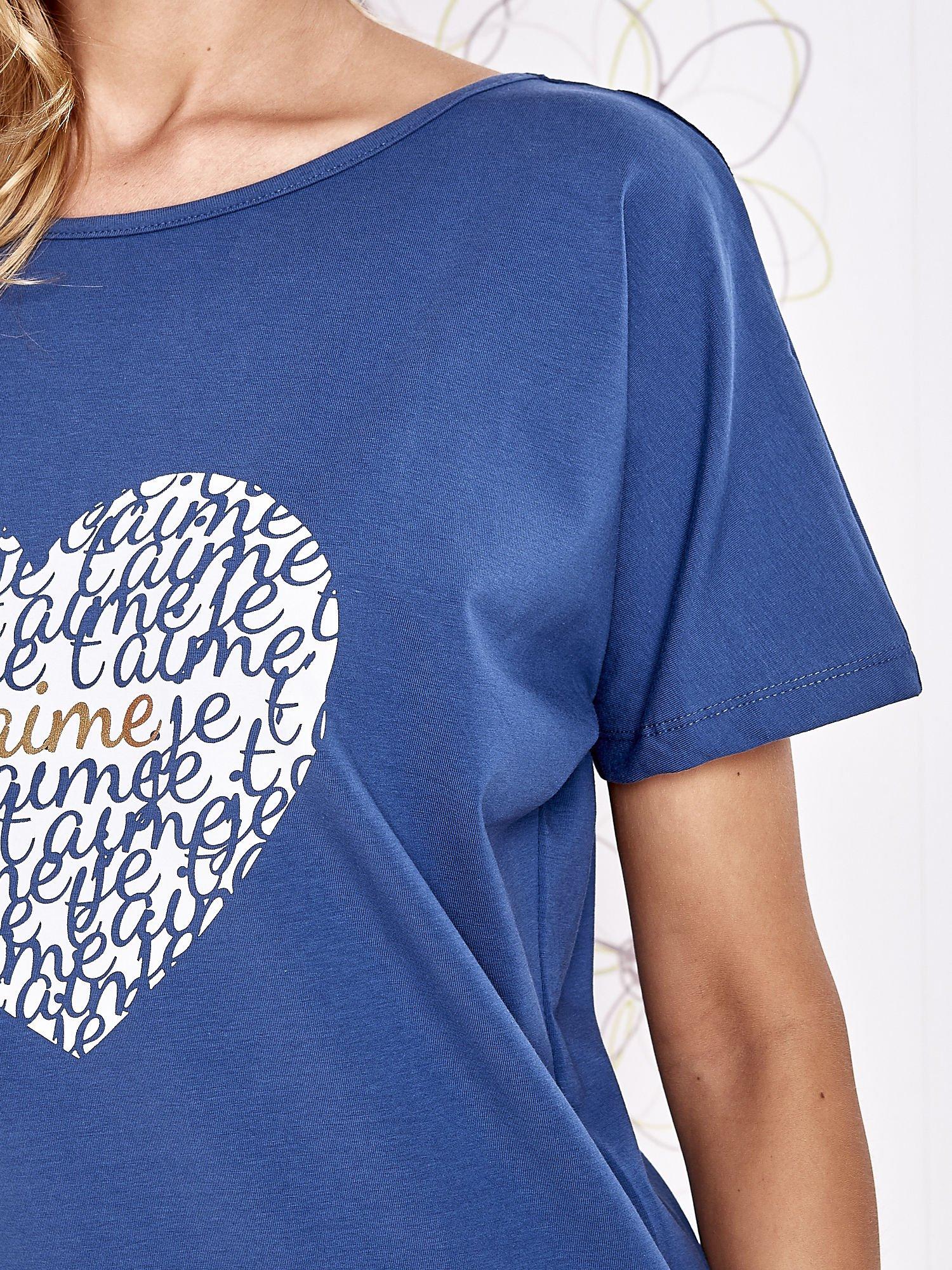 Ciemnoniebieski t-shirt z napisem JE T'AIME i dekoltem na plecach                                  zdj.                                  5