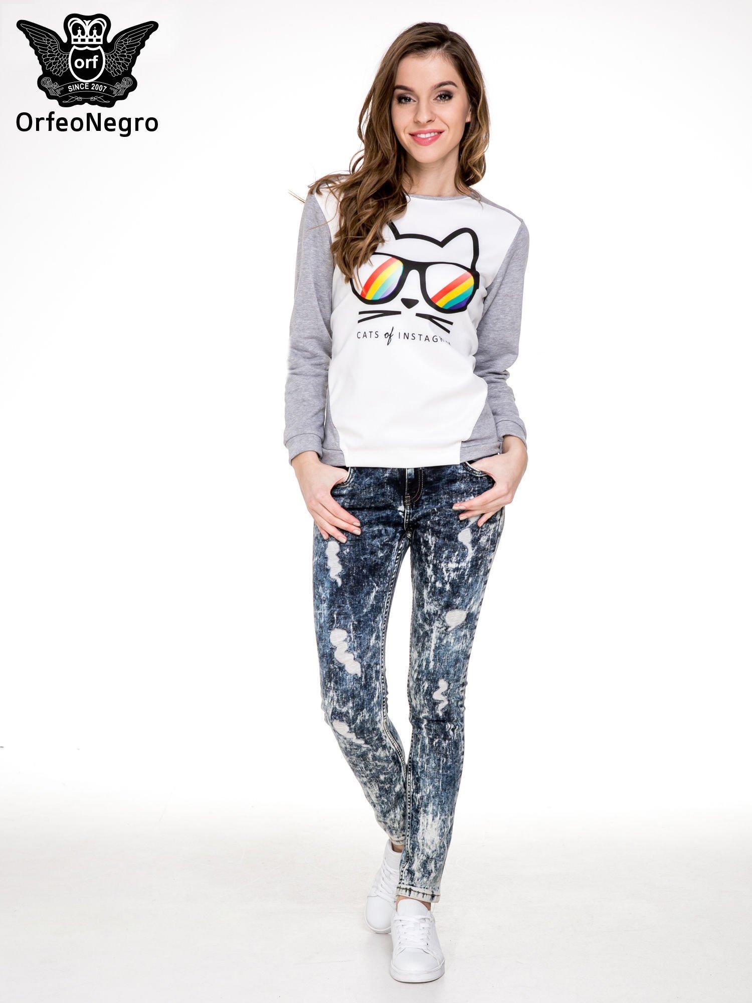 Ciemnoniebieskie mocno dekatyzowane spodnie jeansowe rurki z przetarciami                                  zdj.                                  2