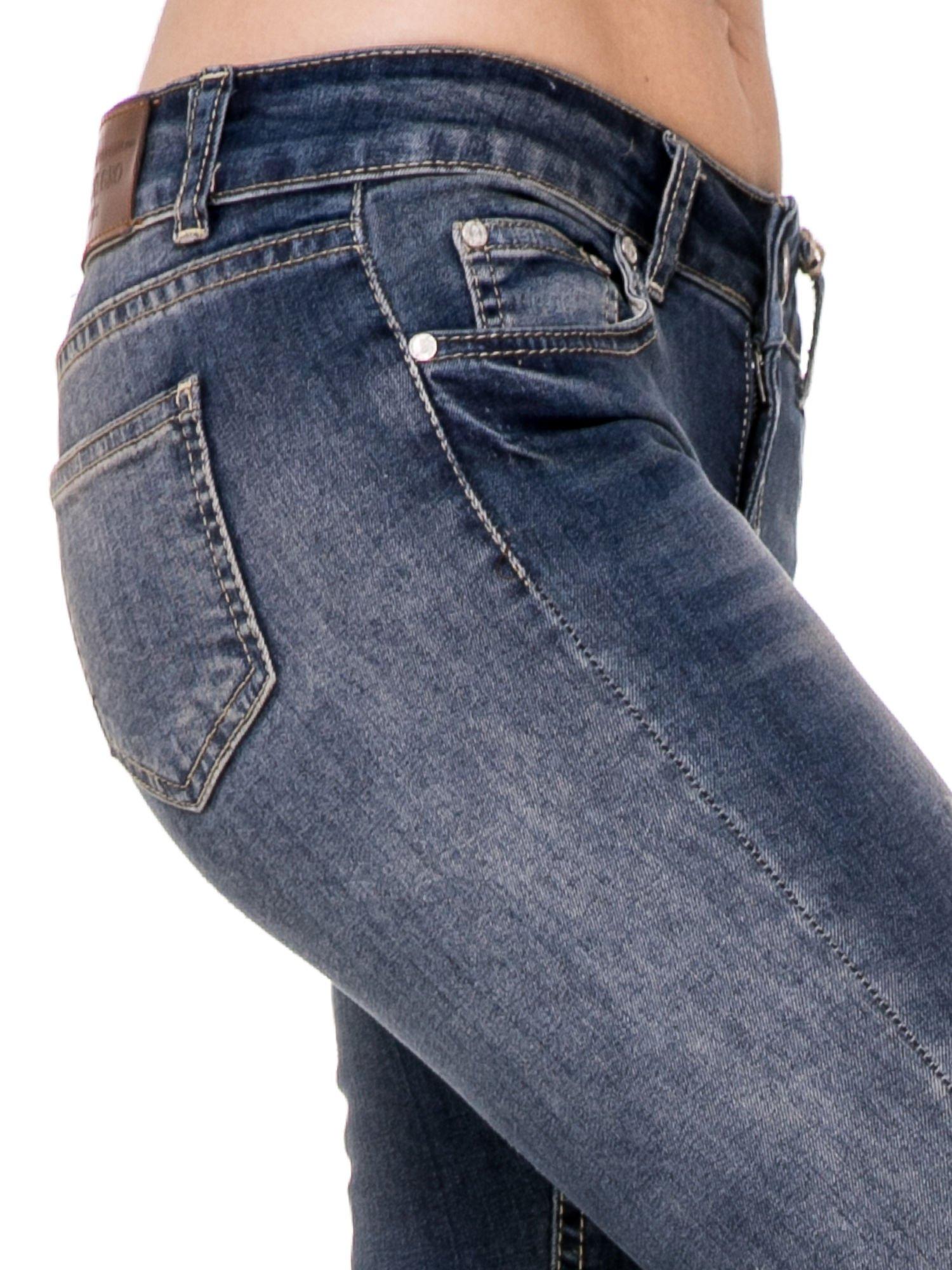 Ciemnoniebieskie rozjaśniane spodnie jeansowe rurki z przetarciami                                  zdj.                                  6