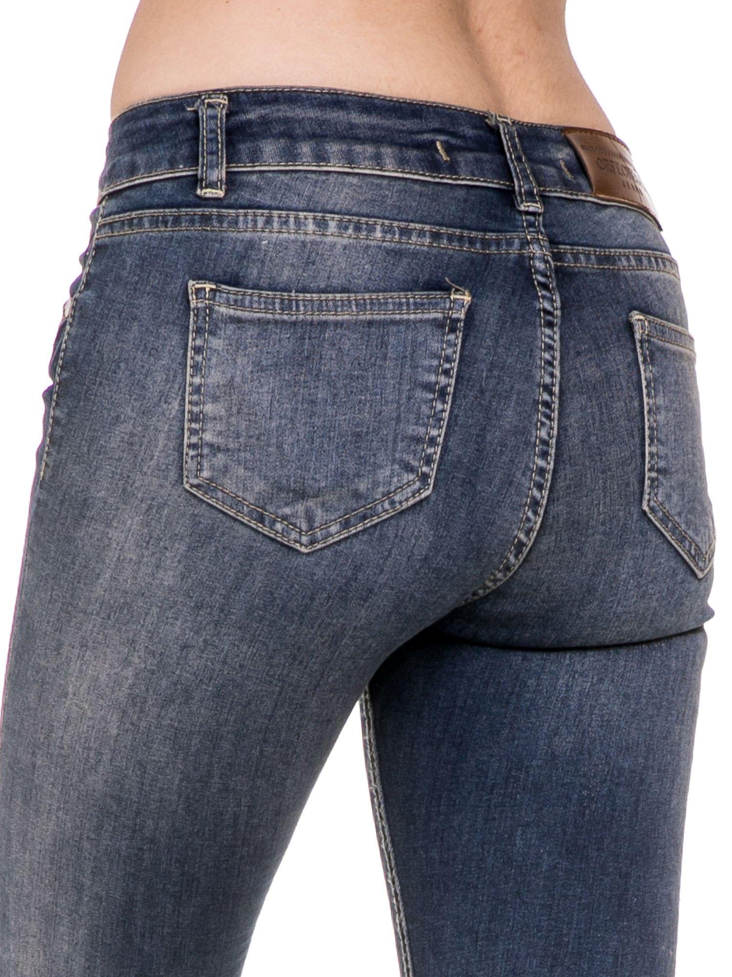 Ciemnoniebieskie rozjaśniane spodnie jeansowe rurki z przetarciami                                  zdj.                                  7