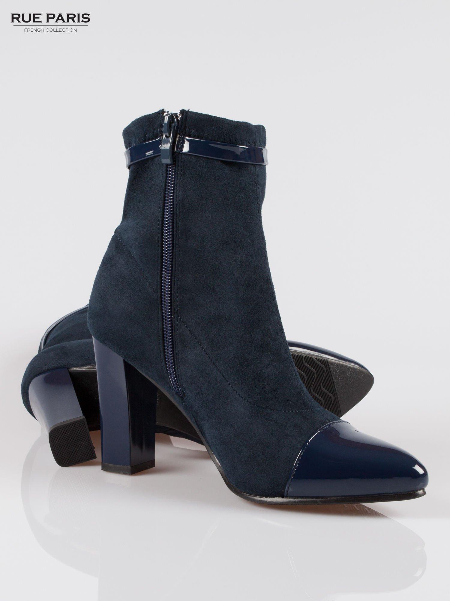 Ciemnoniebieskie zamszowe botki z lakierowanym noskiem w szpic w stylu Chanel                                  zdj.                                  4