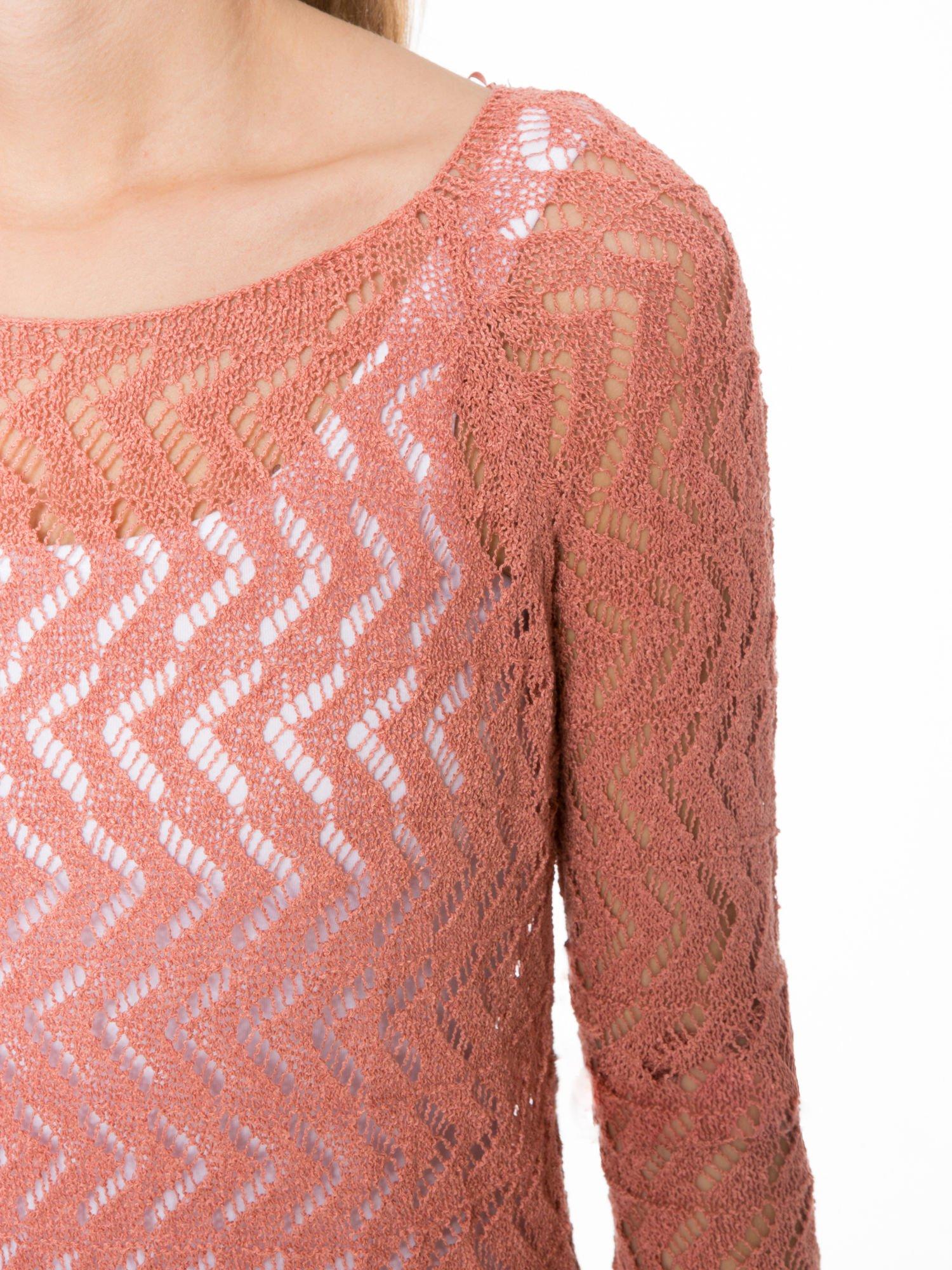 Ciemnoróżowy ażurowy dłuższy sweter                                  zdj.                                  5