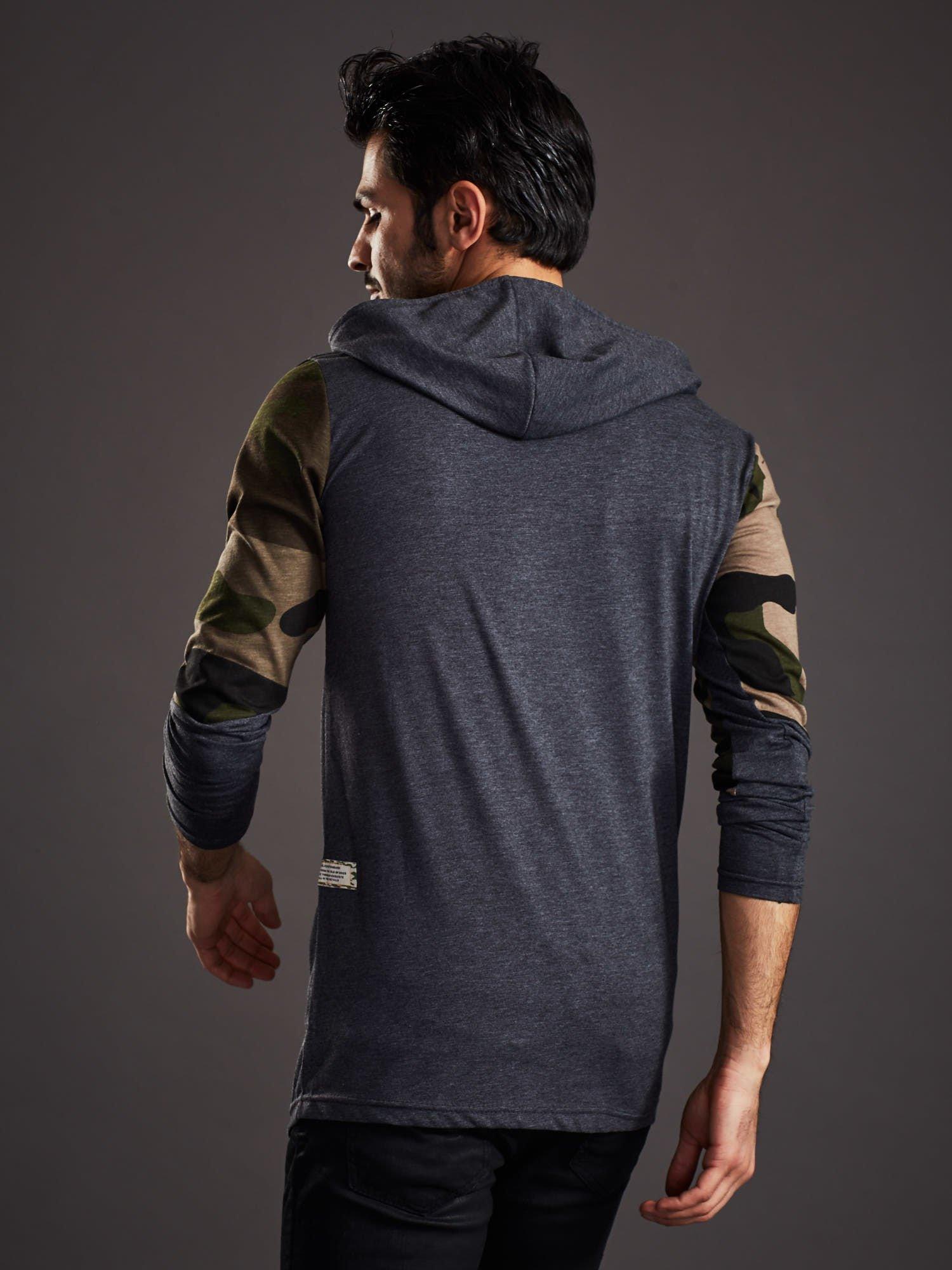 6578cb357e 1 · Ciemnoszara bluza męska z asymetrycznym suwakiem i wstawkami moro ...