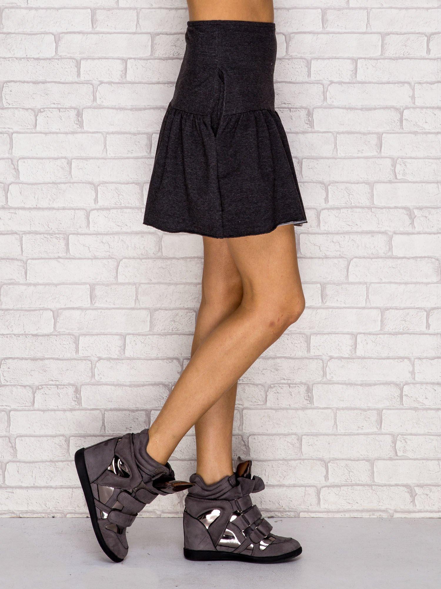 Ciemnoszara dresowa spódnica z falbaną                                  zdj.                                  3