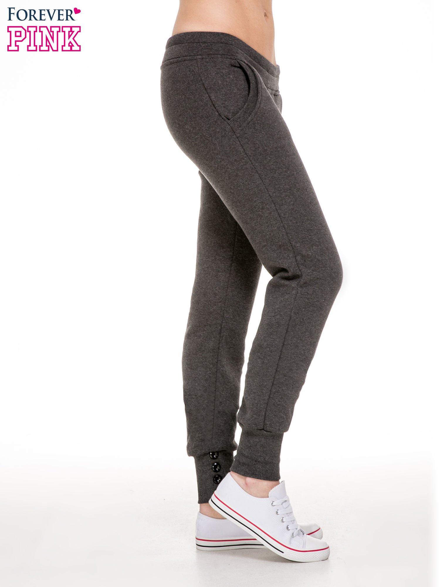 Ciemnoszare spodnie dresowe z guziczkami przy ściągaczu                                  zdj.                                  3