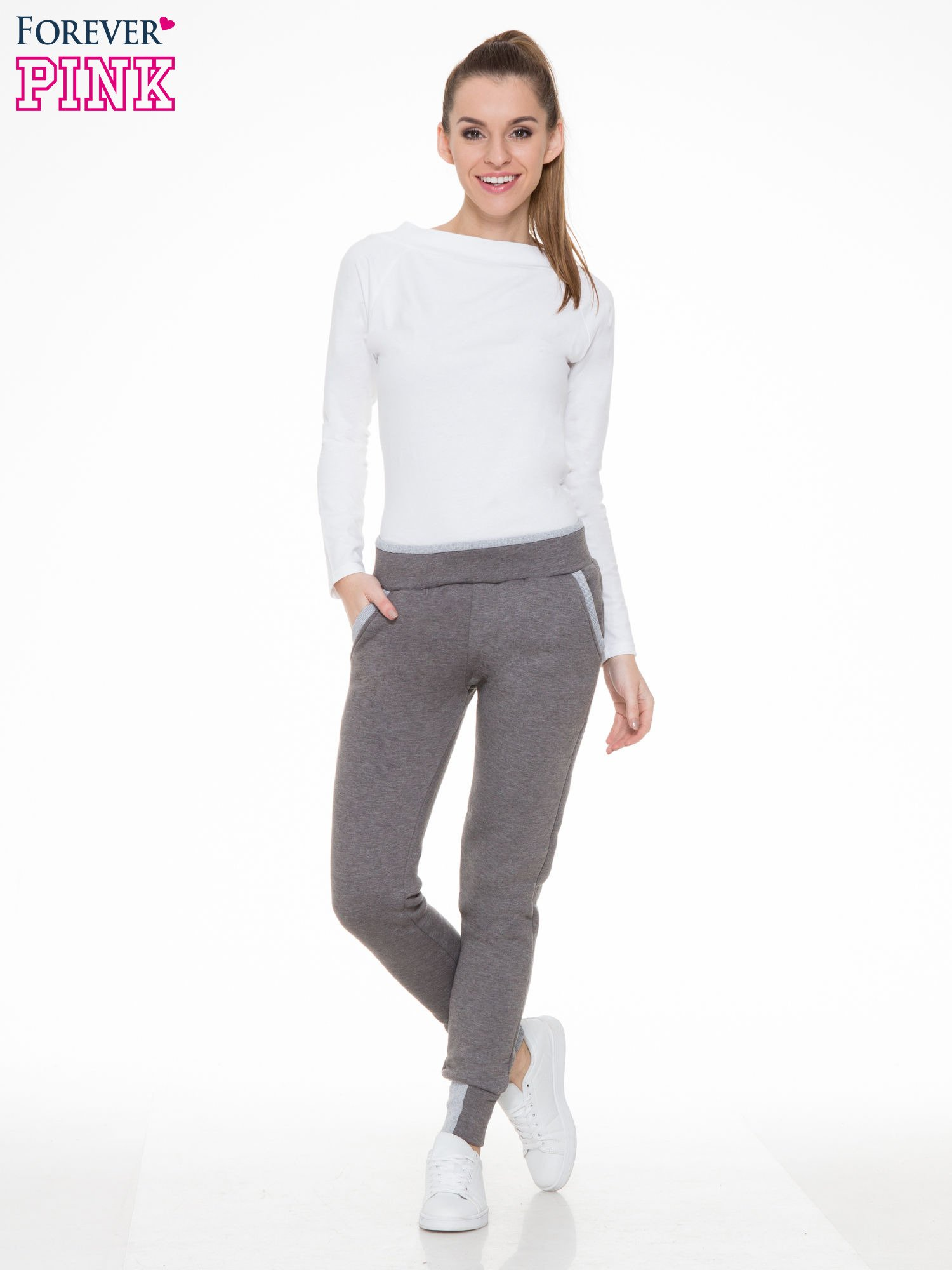 Ciemnoszare spodnie dresowe z kontrastowymi wstawkami                                  zdj.                                  2