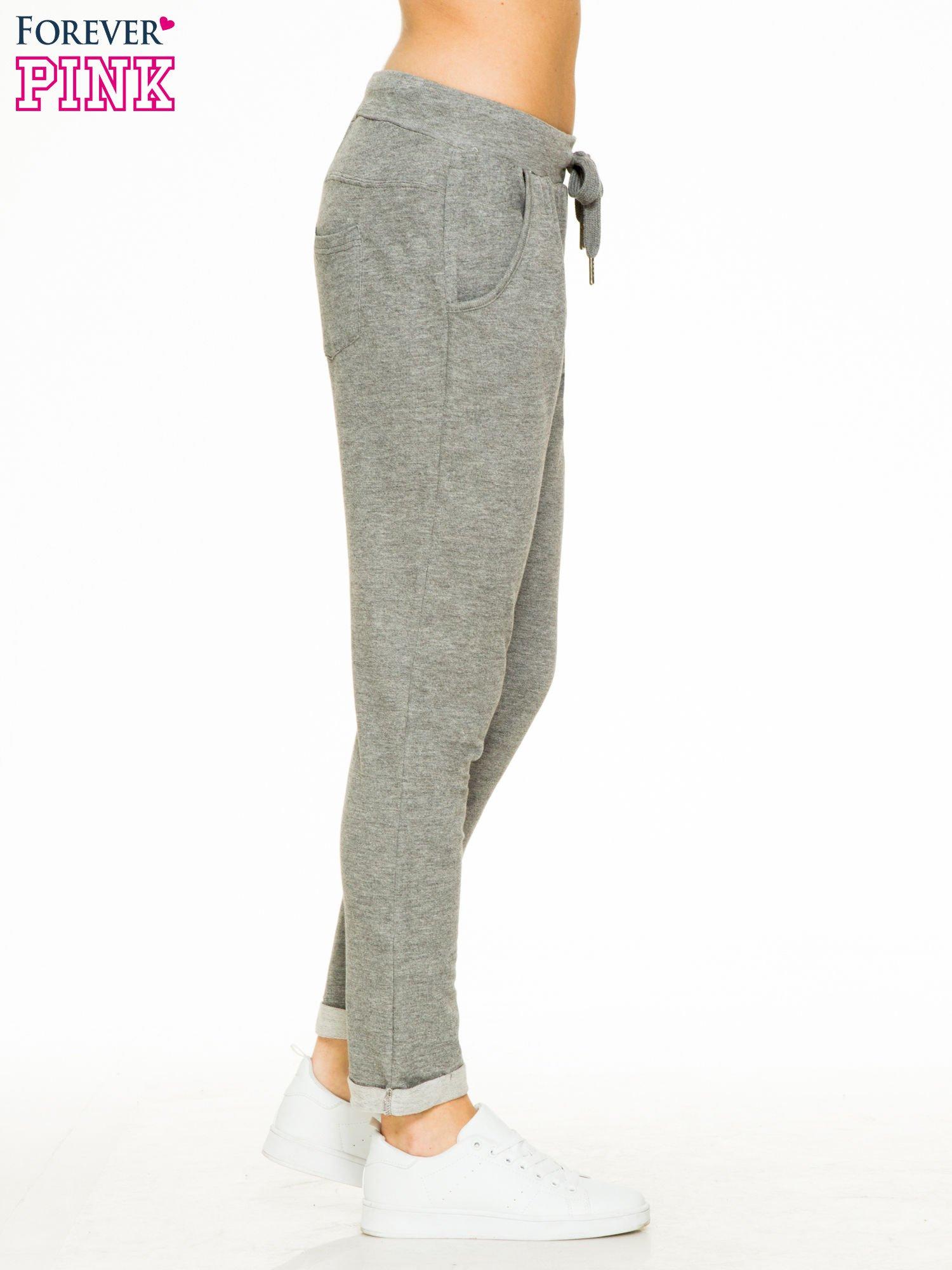 Ciemnoszare spodnie dresowe z wywijanymi nogawkami                                  zdj.                                  3