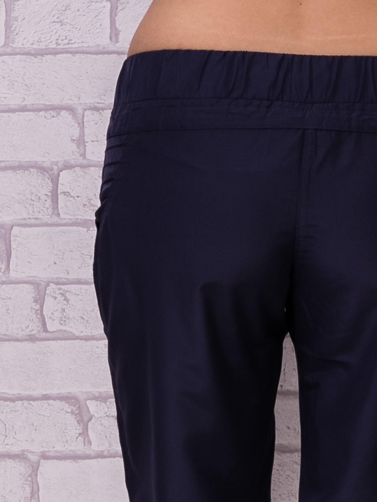 Ciemnoszare spodnie sportowe capri z guzikami                                  zdj.                                  6