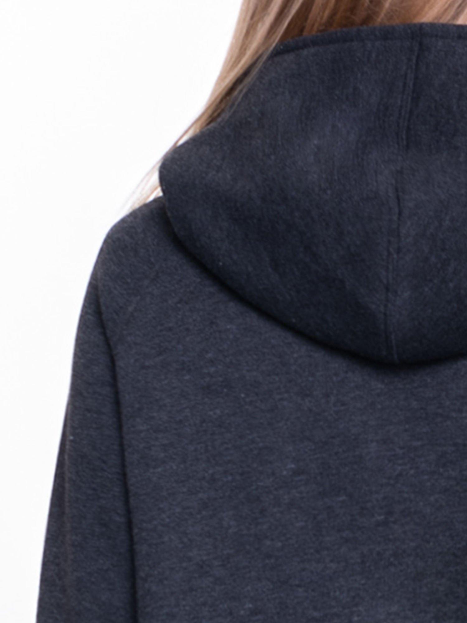 Ciemnoszary płaszcz dresowy z kapturem zapinany na napy                                  zdj.                                  7
