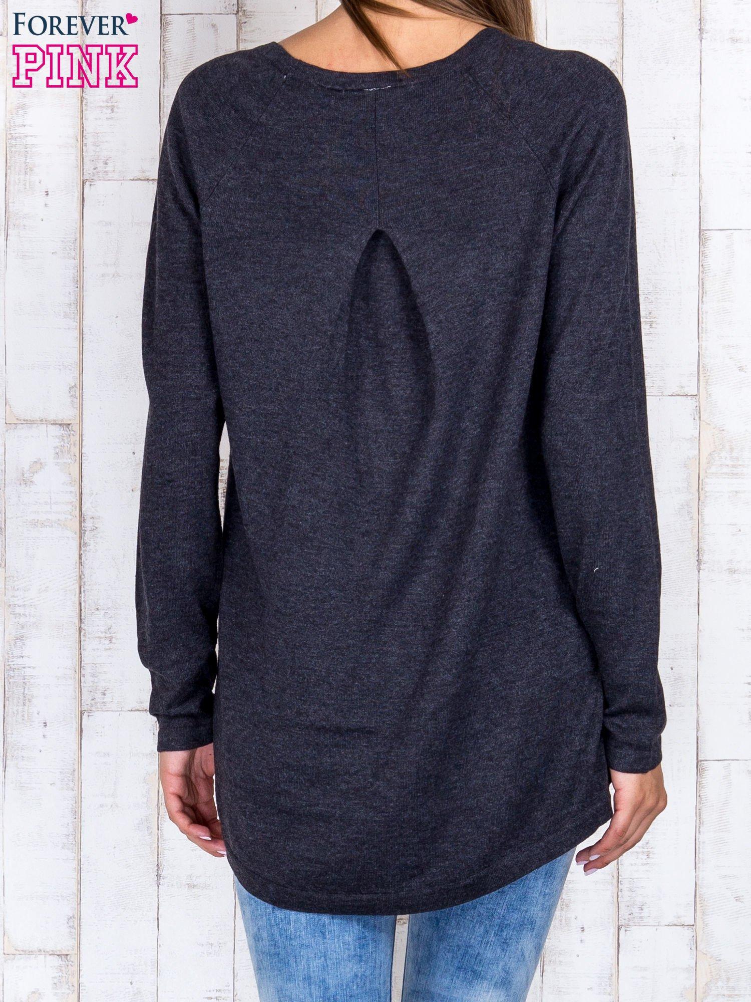 Ciemnoszary sweter z dłuższym tyłem i zakładką na plecach                                  zdj.                                  4
