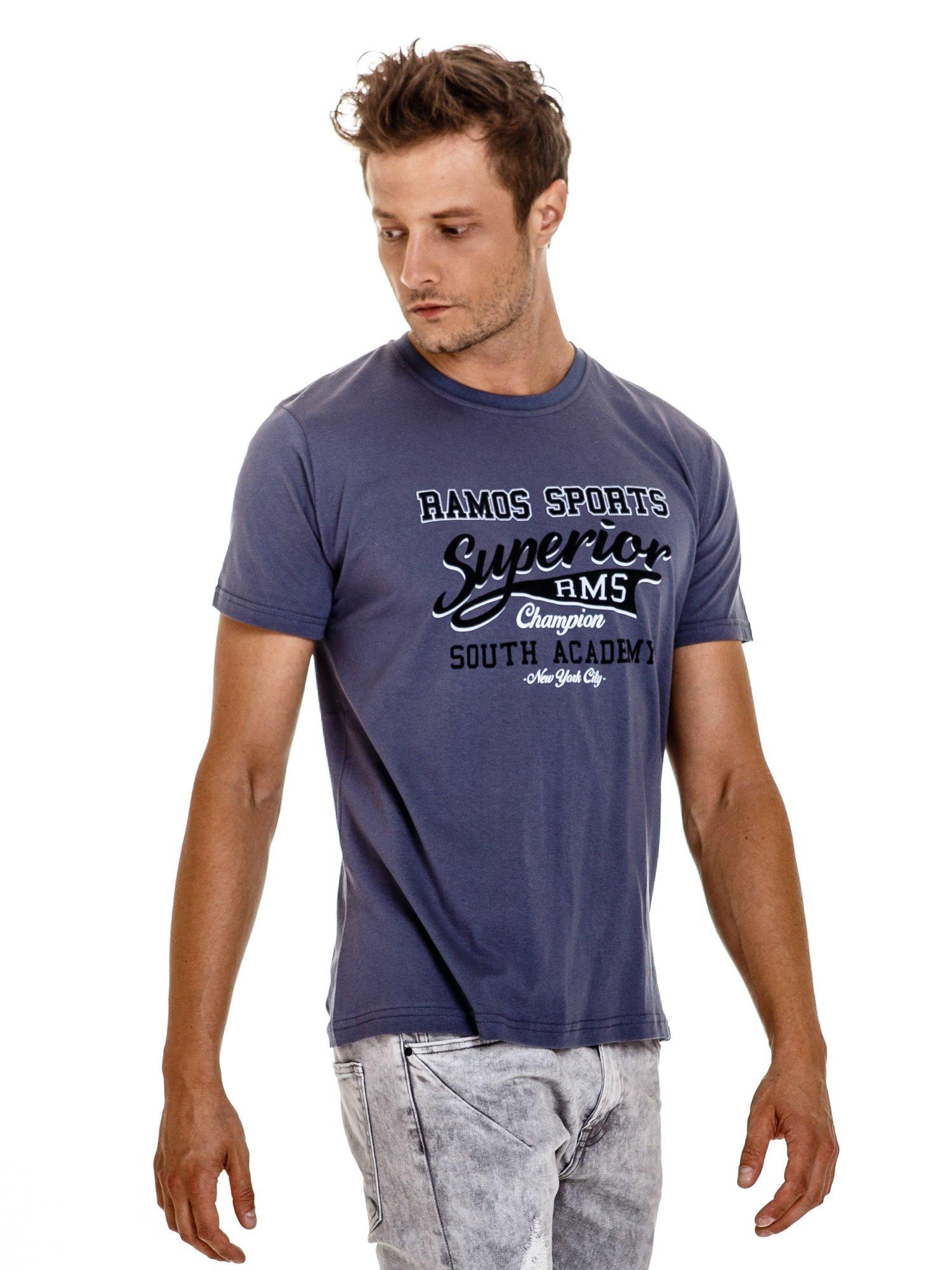 Ciemnoszary t-shirt męski ze sportowym nadrukiem i napisem SUPERIOR                                  zdj.                                  1