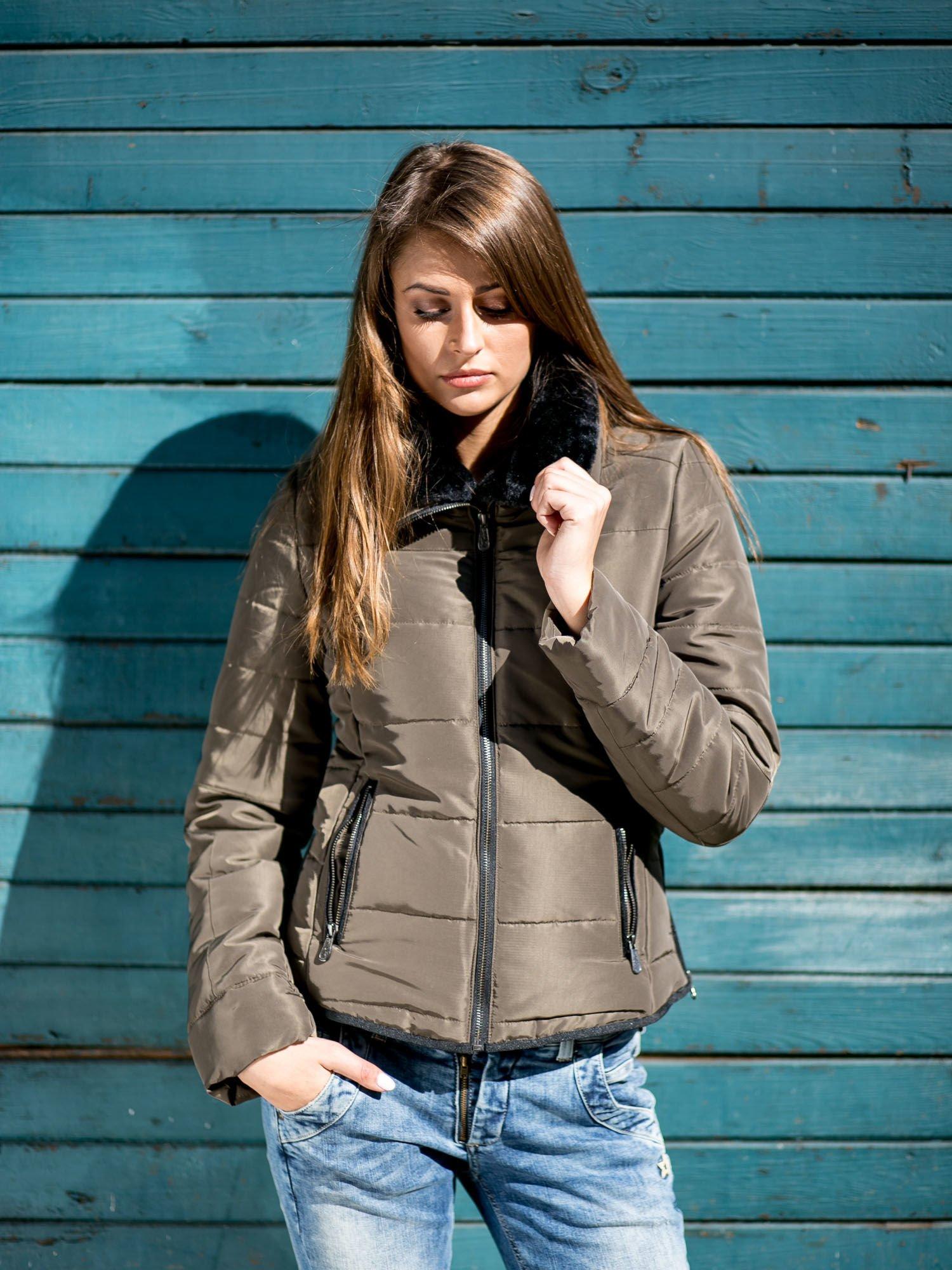 Ciemnozielona kurtka z futrzanym kołnierzem i kontrastową lamówką                                  zdj.                                  1