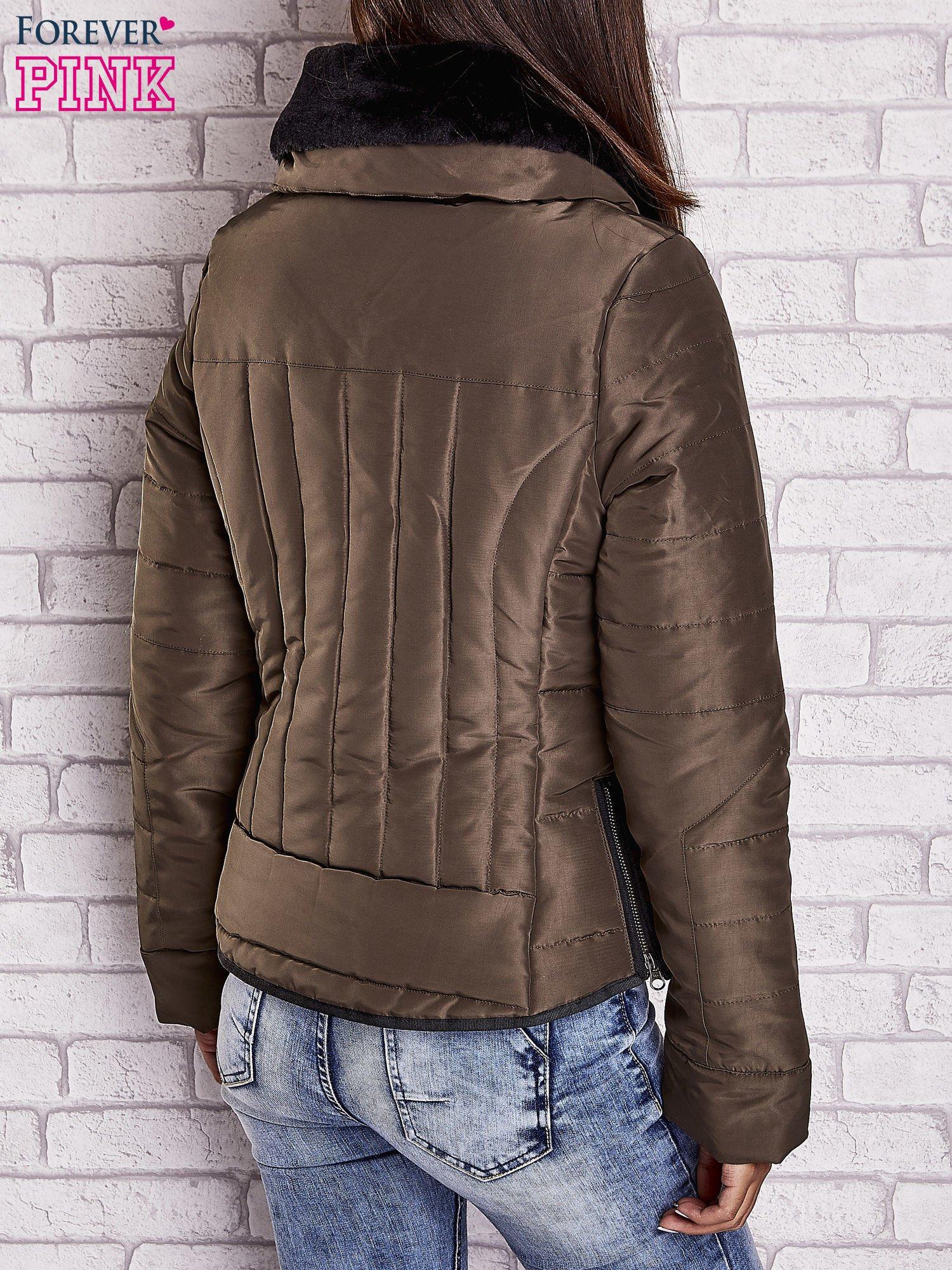 Ciemnozielona kurtka z futrzanym kołnierzem i kontrastową lamówką                                  zdj.                                  4