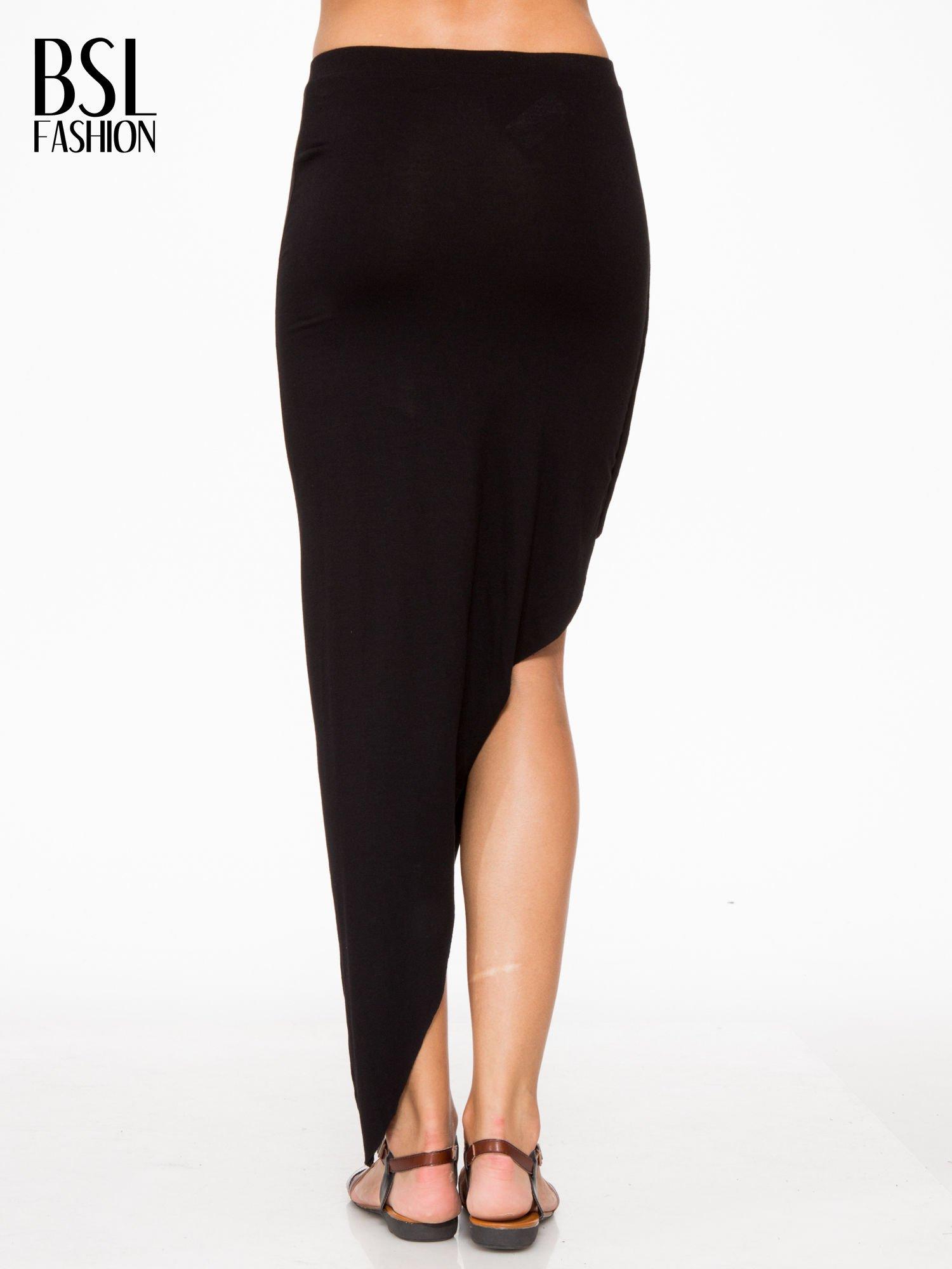 Czarna asymetryczna spódnica maxi z drapowaniem i rozporkiem z boku                                  zdj.                                  4