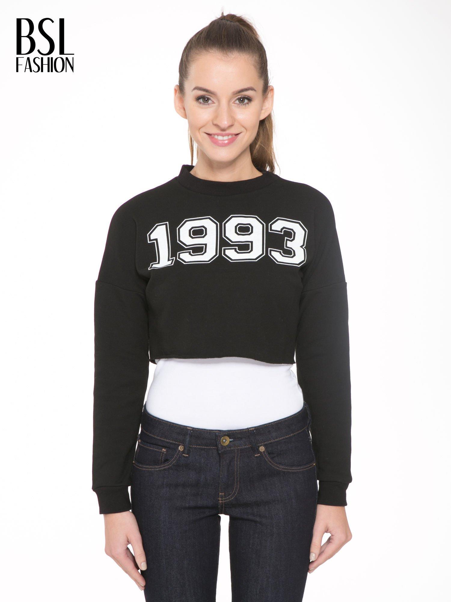 Czarna bluza cropped z nadrukiem numerycznym                                  zdj.                                  1