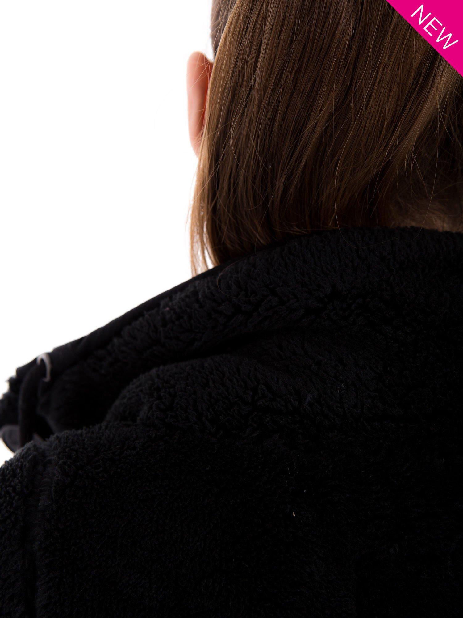 Czarna bluza pluszowa z wysokim kołnierzem                                  zdj.                                  6